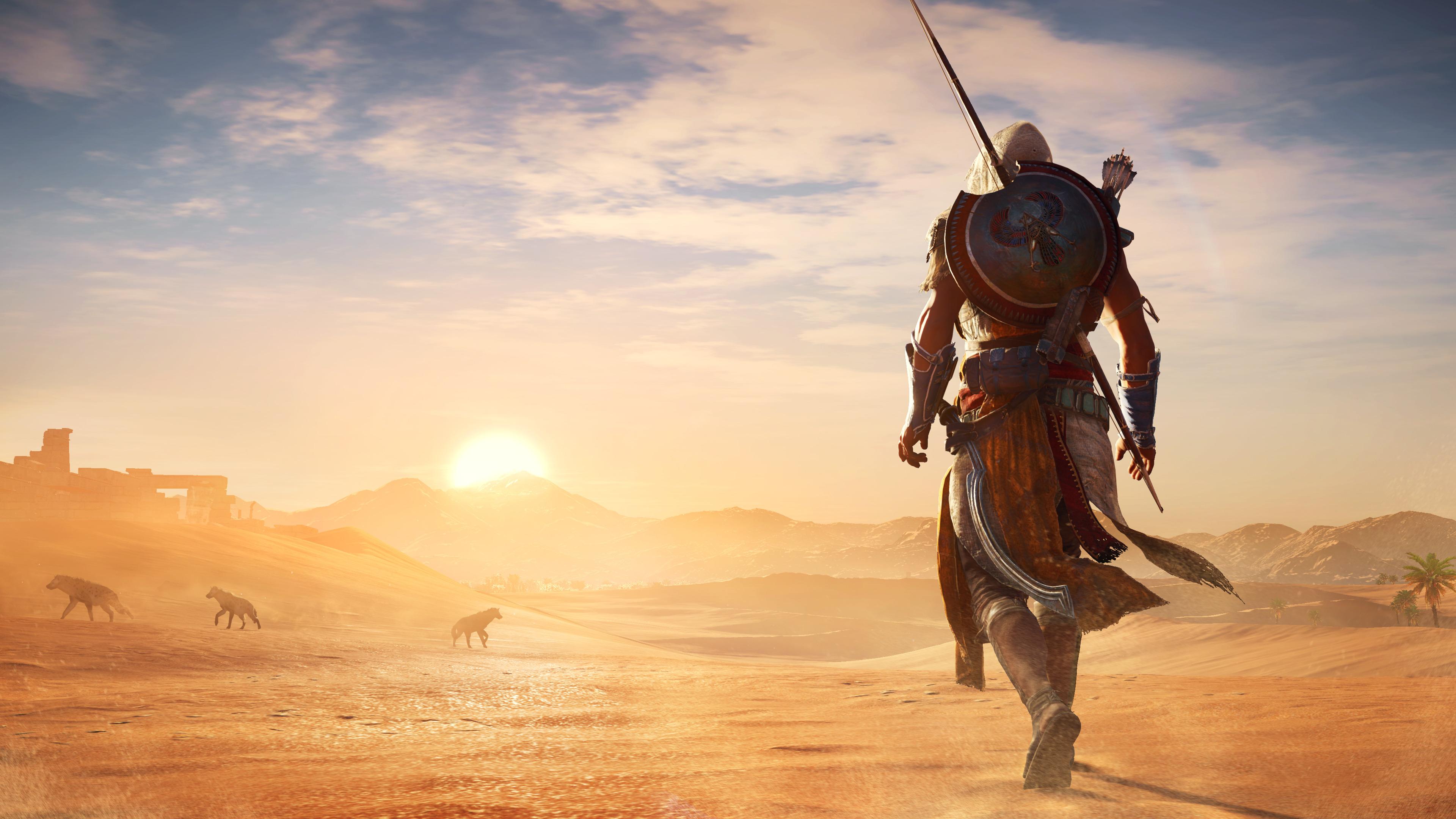 Воин в доспехах и копьем в пустыне в золотых лучах заходящего солнца