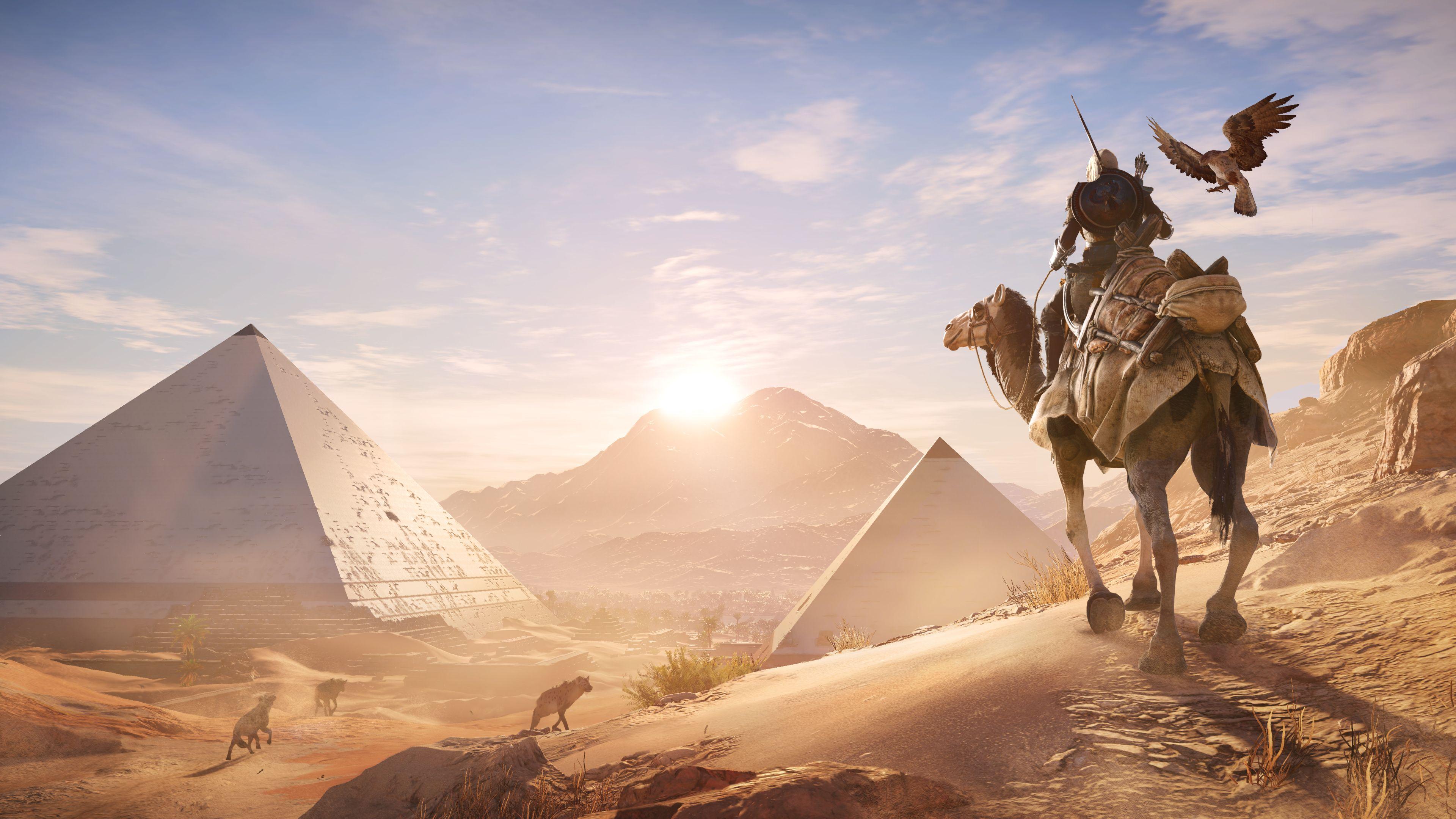 Воин на верблюде с длинным копьем и летящим рядом орлом в пустыне среди пирамид