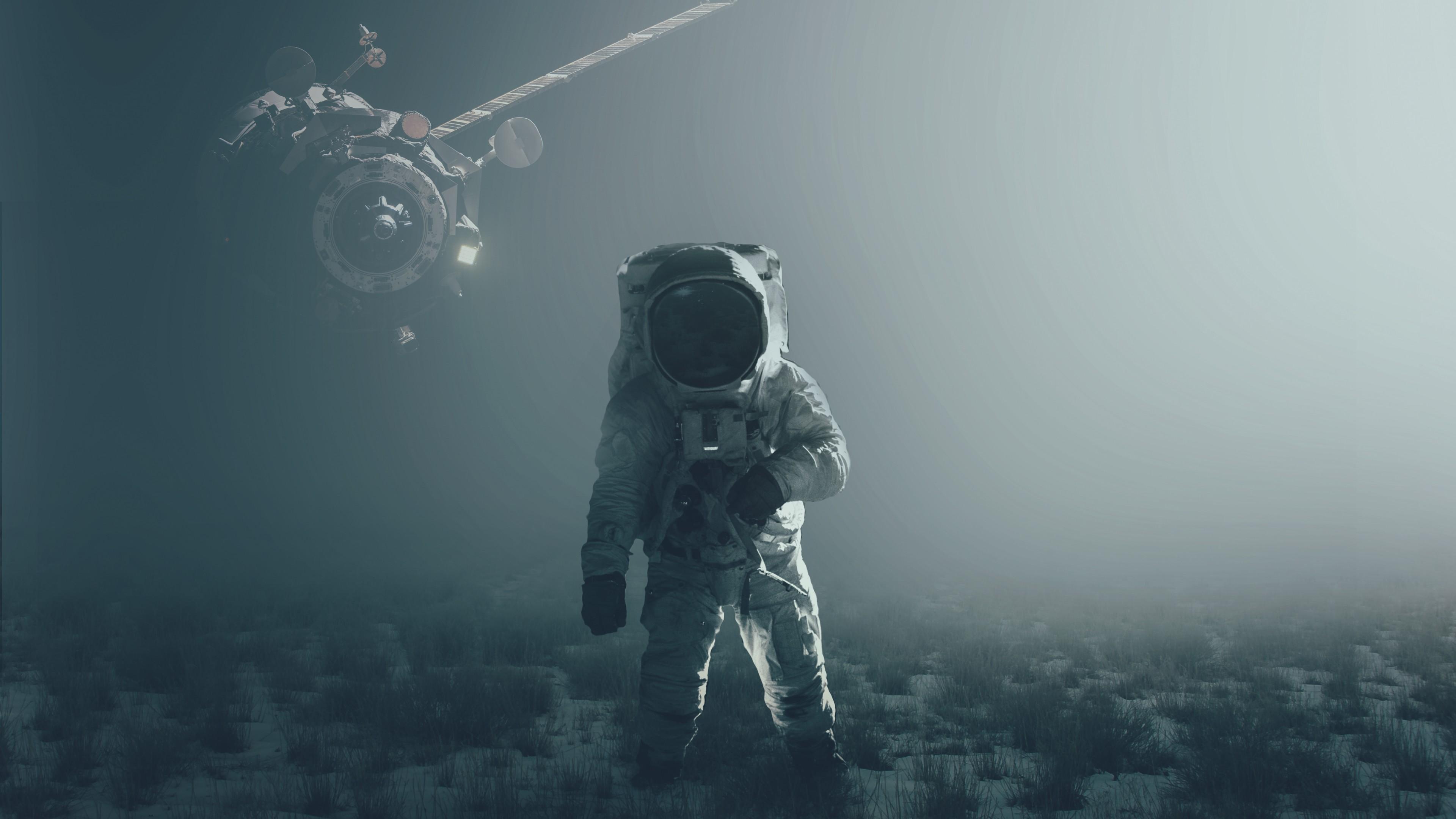 Космический летательный аппарат и космонавт на космической станции