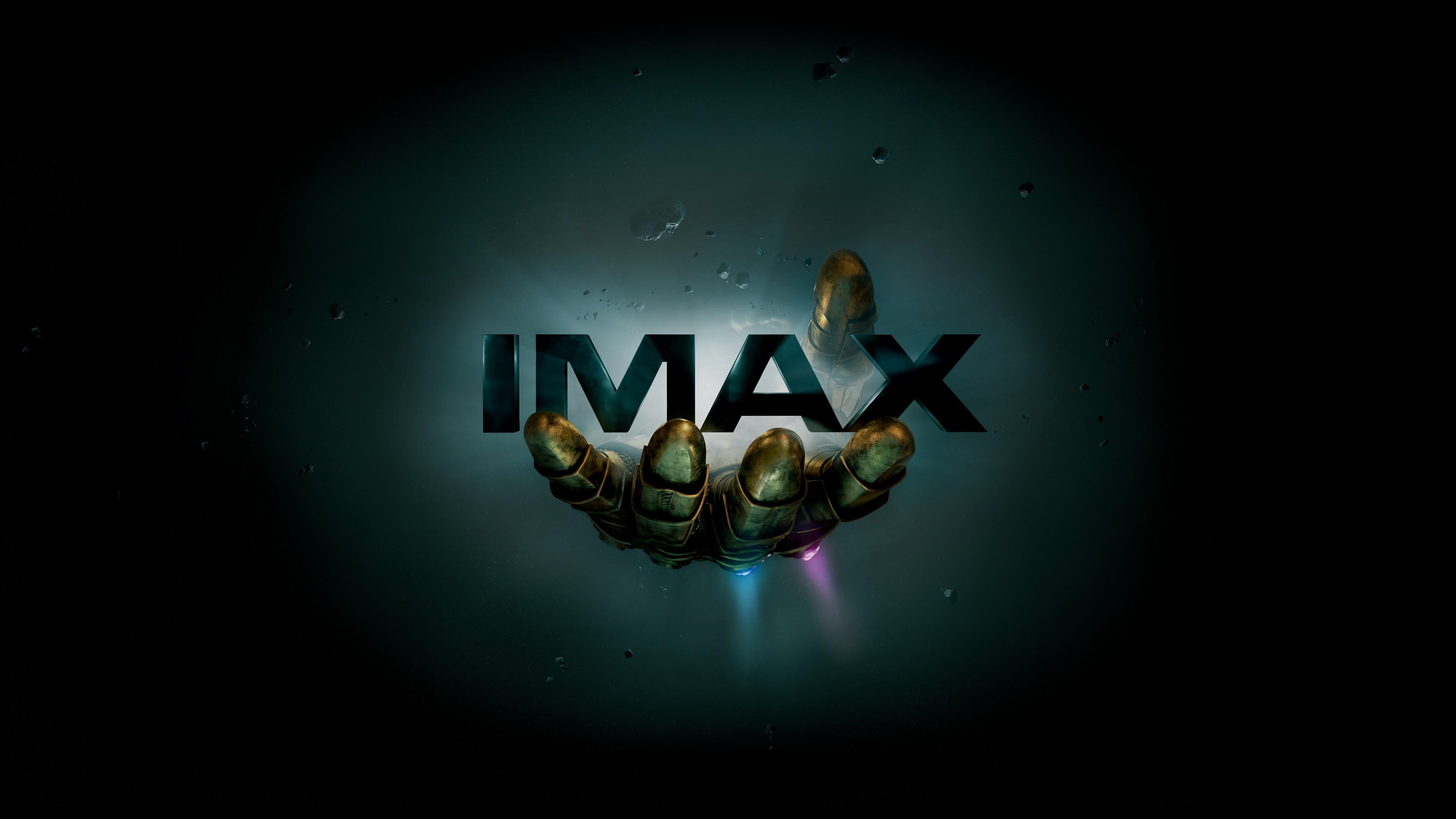 Реклама кино-технологий на черном фоне с неоновой подсветкой