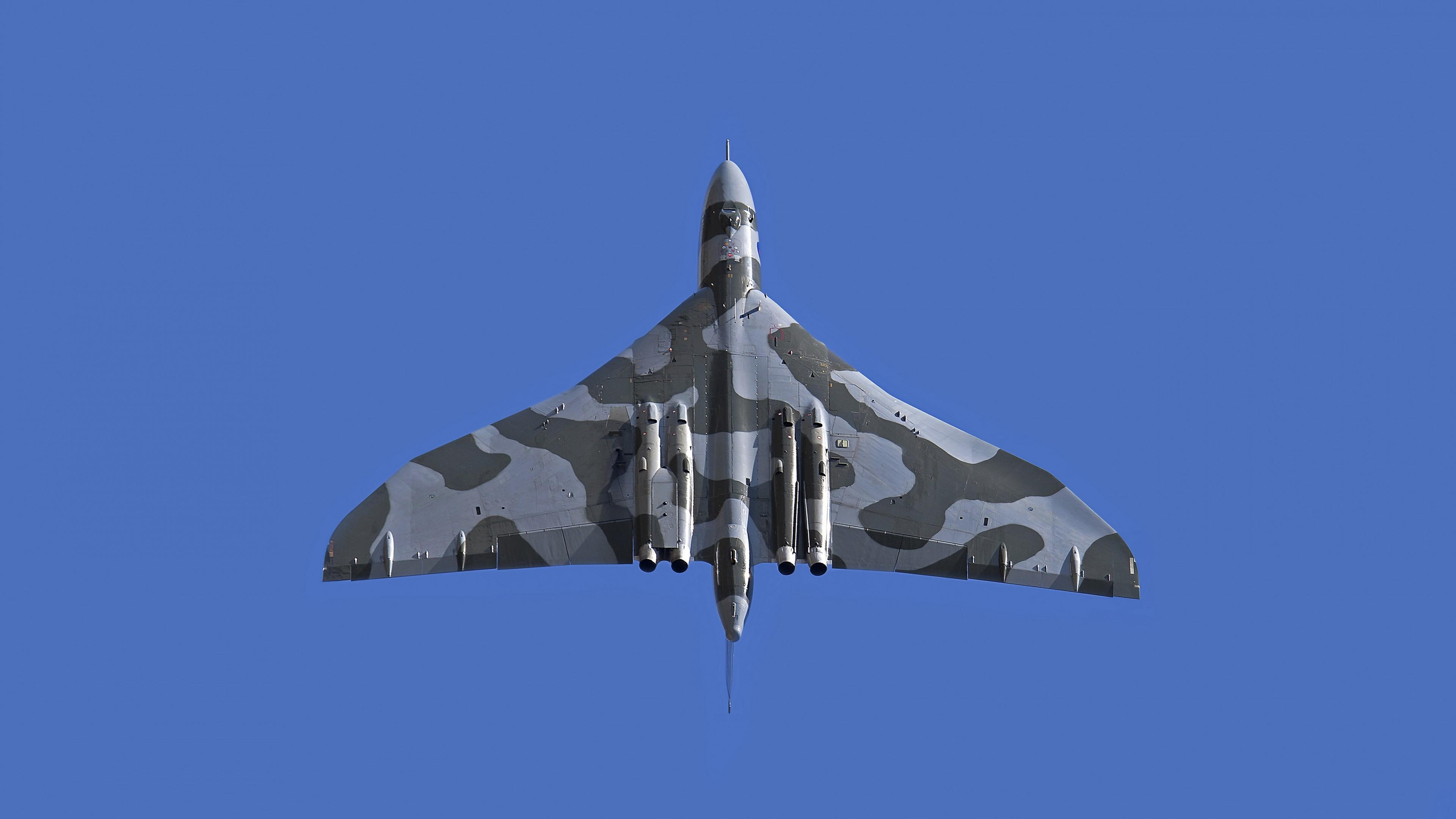 Военный истребитель в безоблачном голубом небе