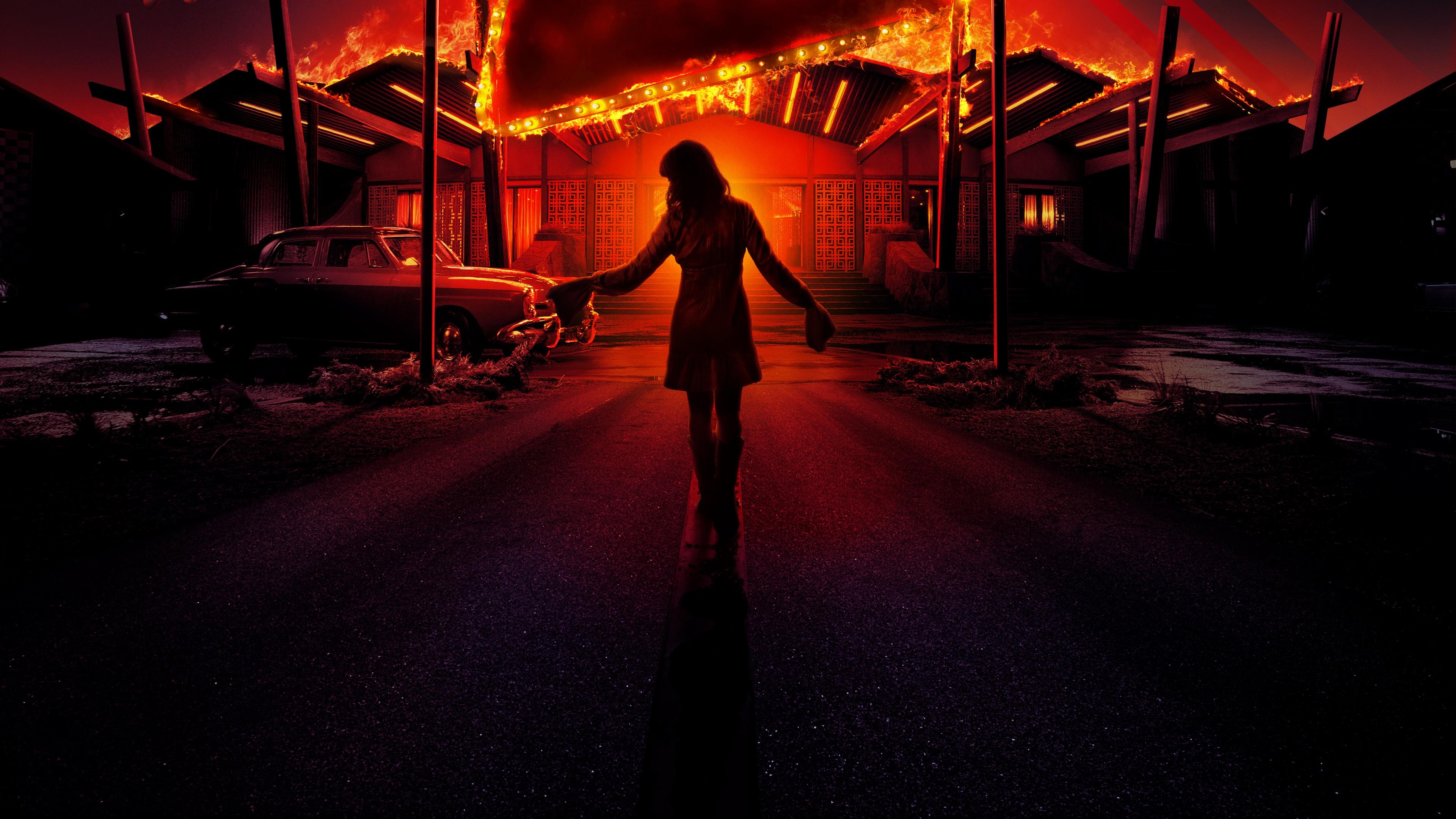 Красная крыша ночного отеля с огненно-желтым огнем фонарей