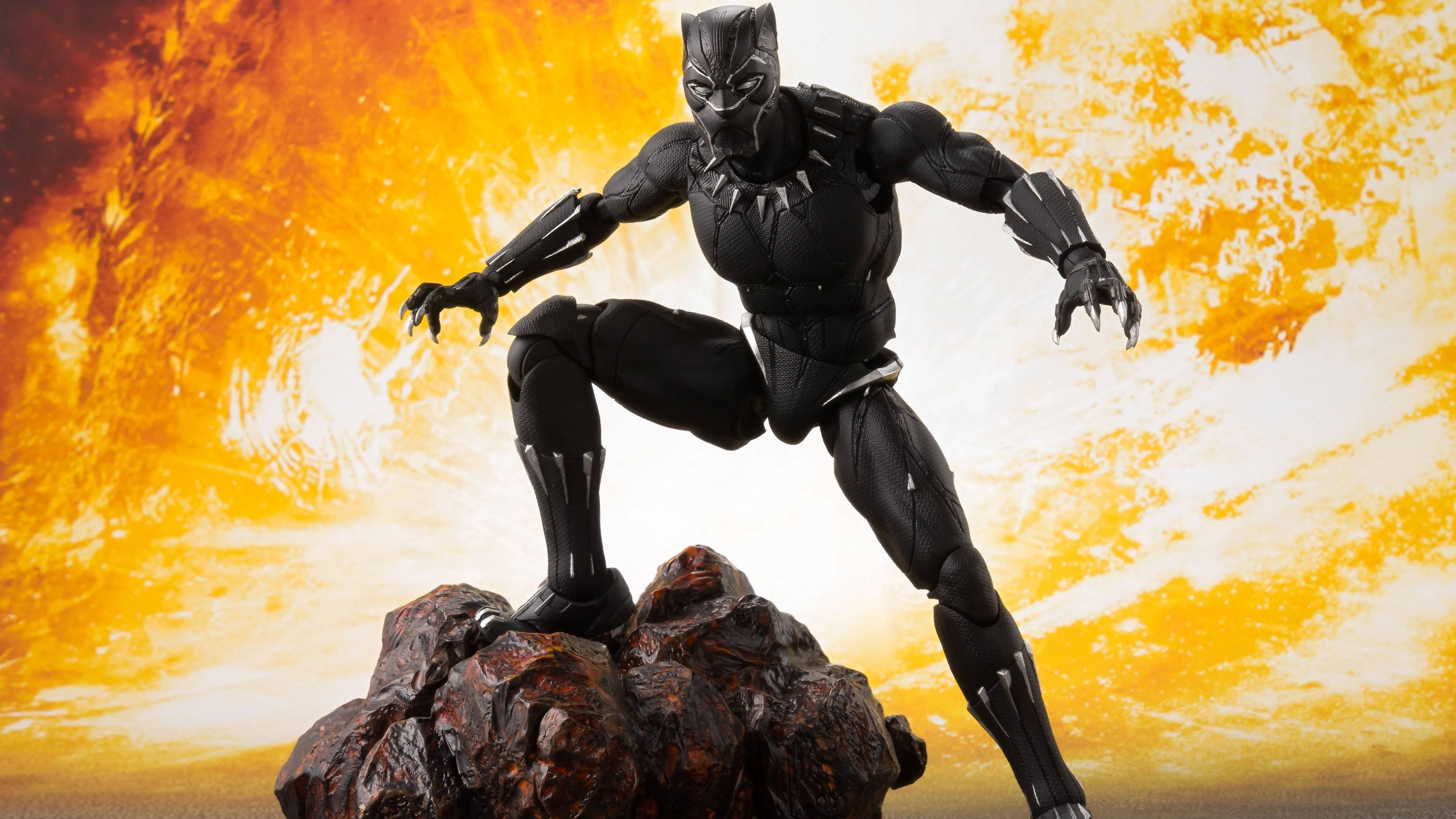 Человек-Пантера в маске и острыми когтями в огненном кольце