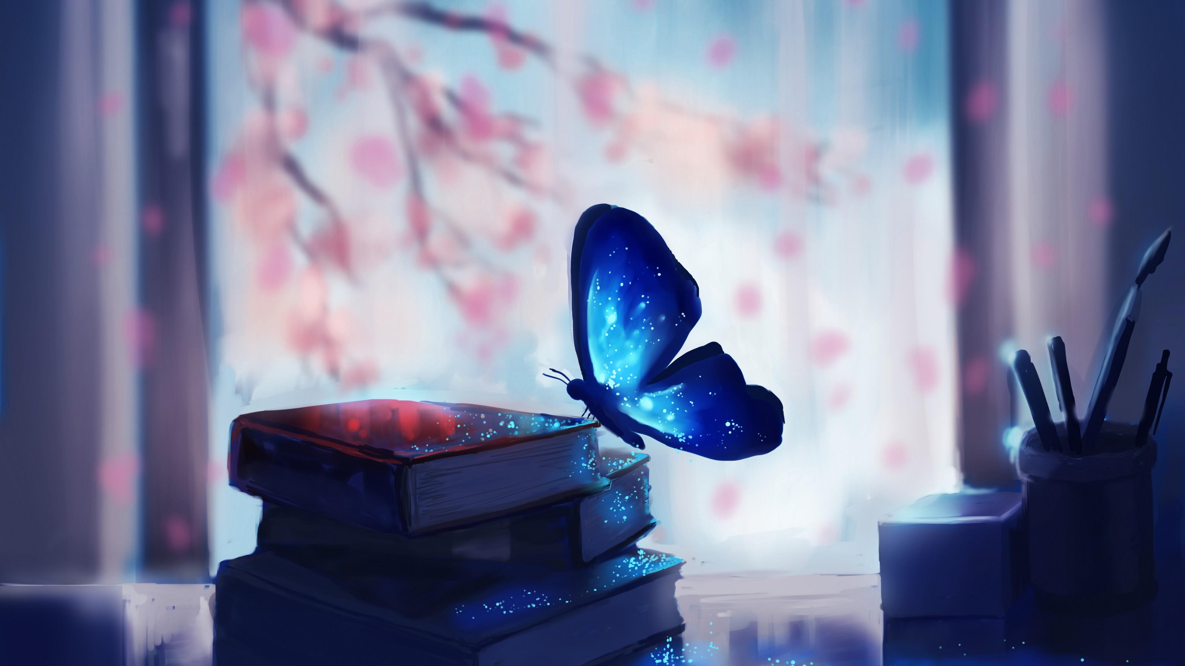 Голубая бабочка в сверкающих отблесках утреннего солнца и красных лепестков