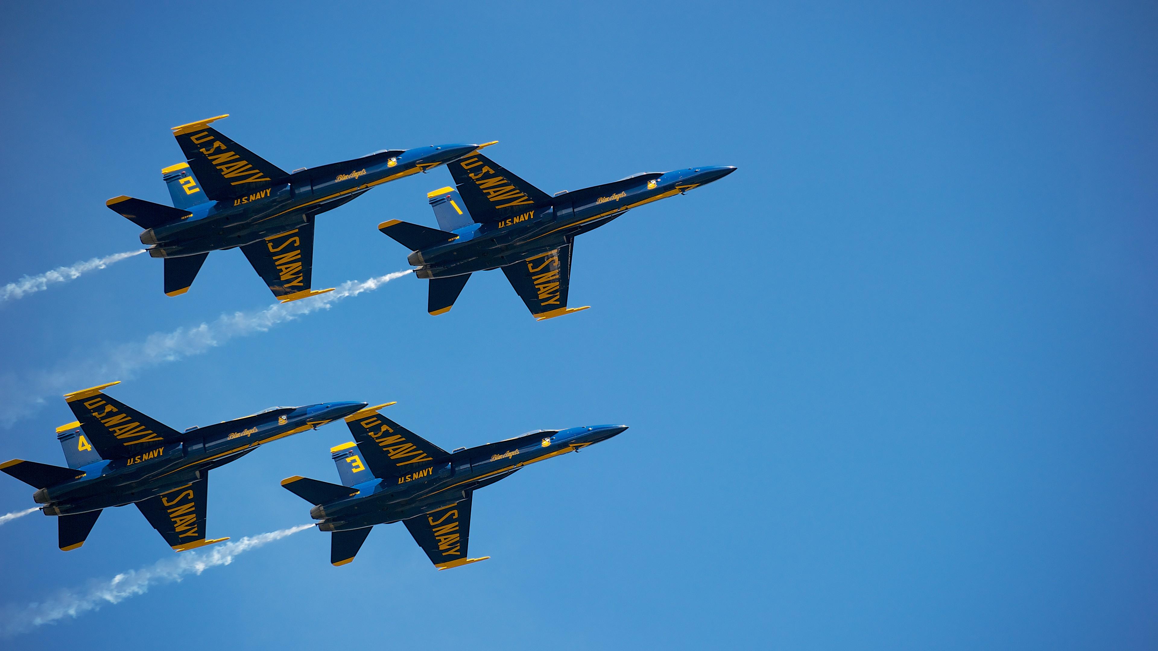 Пилотажные военные самолеты Голубые ангелы в синем солнечном небе