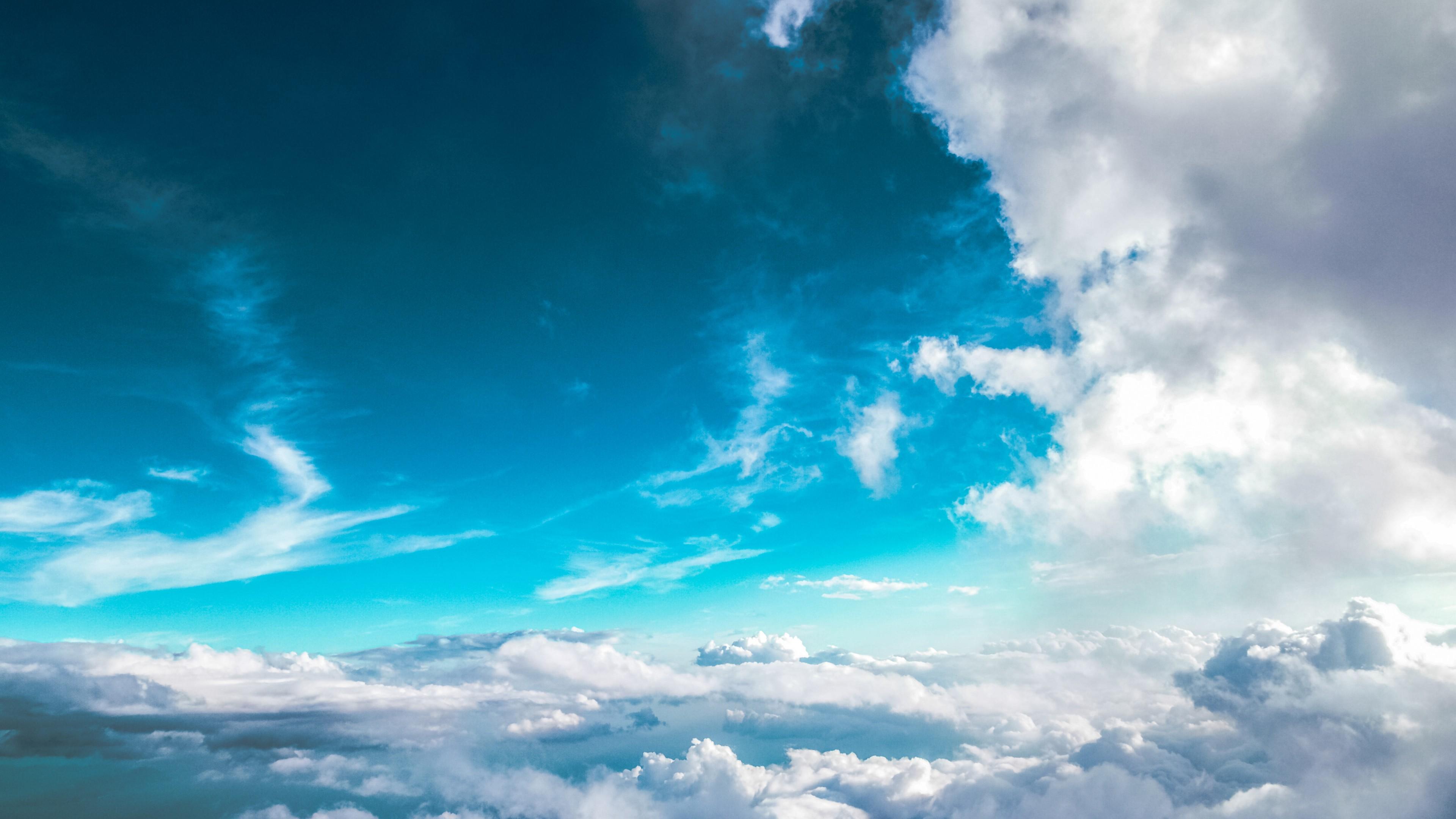 Бело-серые кучевые облака на темно-синем небосводе