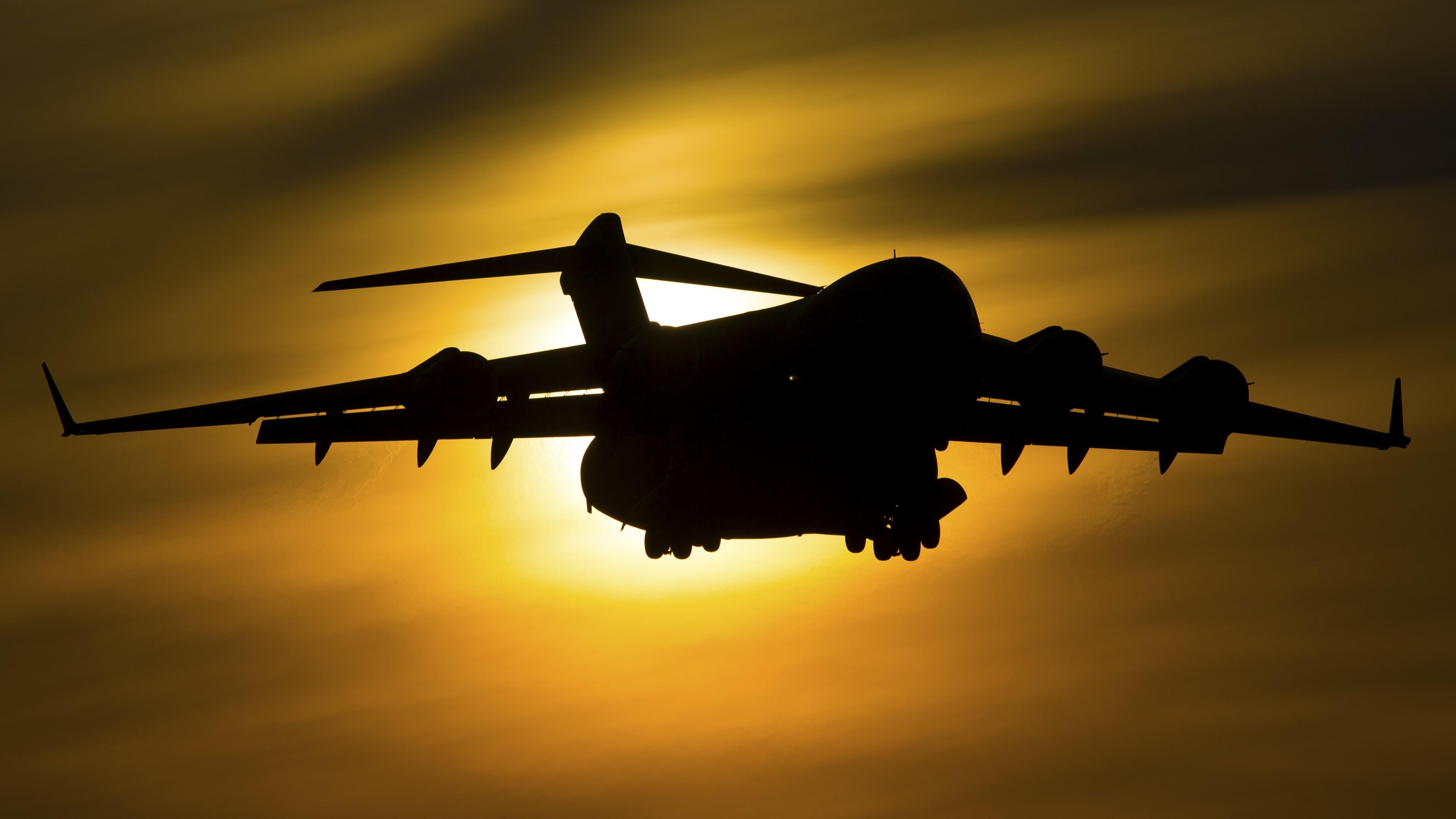 Самолет над облаками в золотых лучах солнца