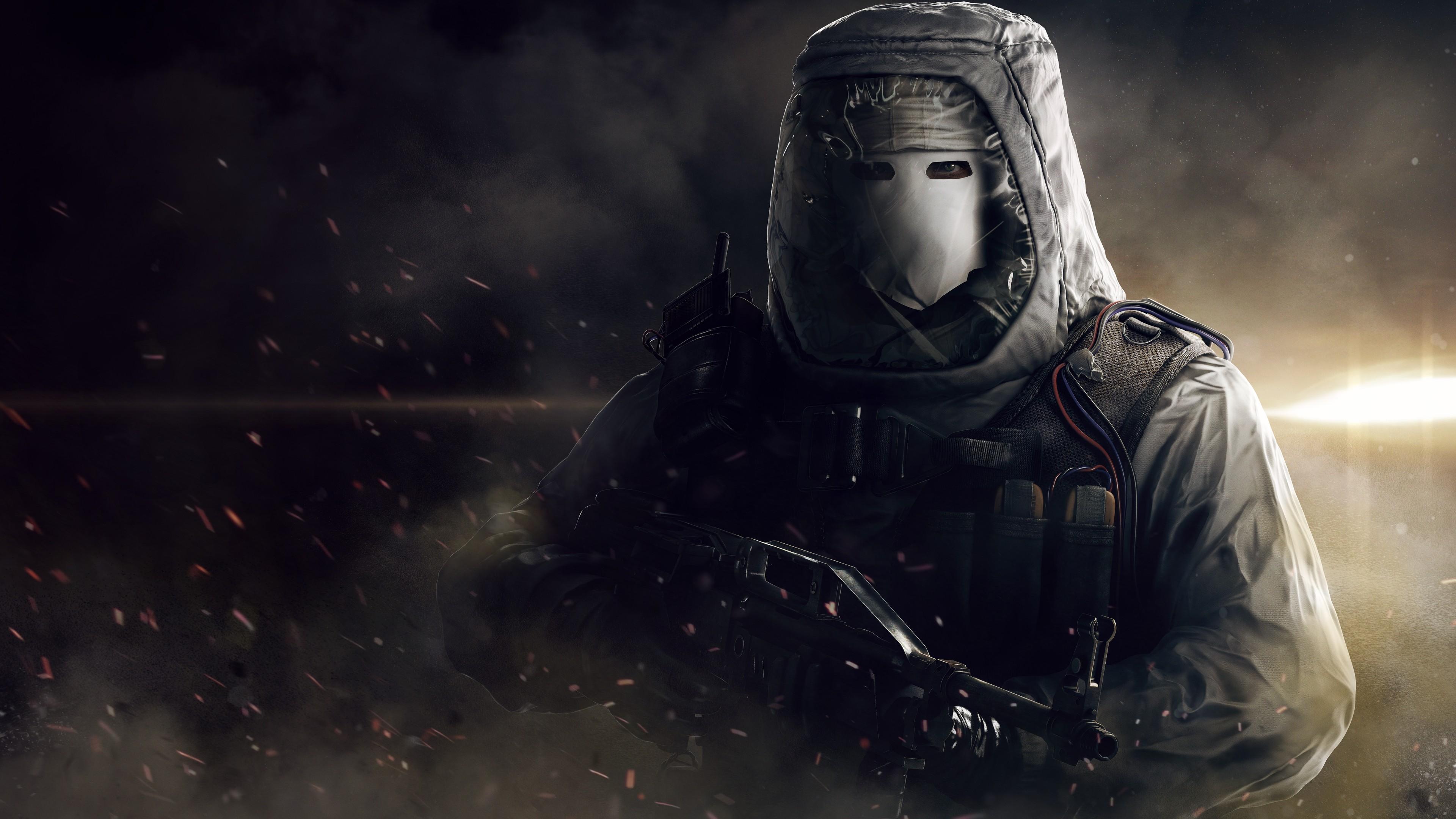 Боец в маске,снаряжении , с оружием в руках на фоне огня,тумана,выстрелов