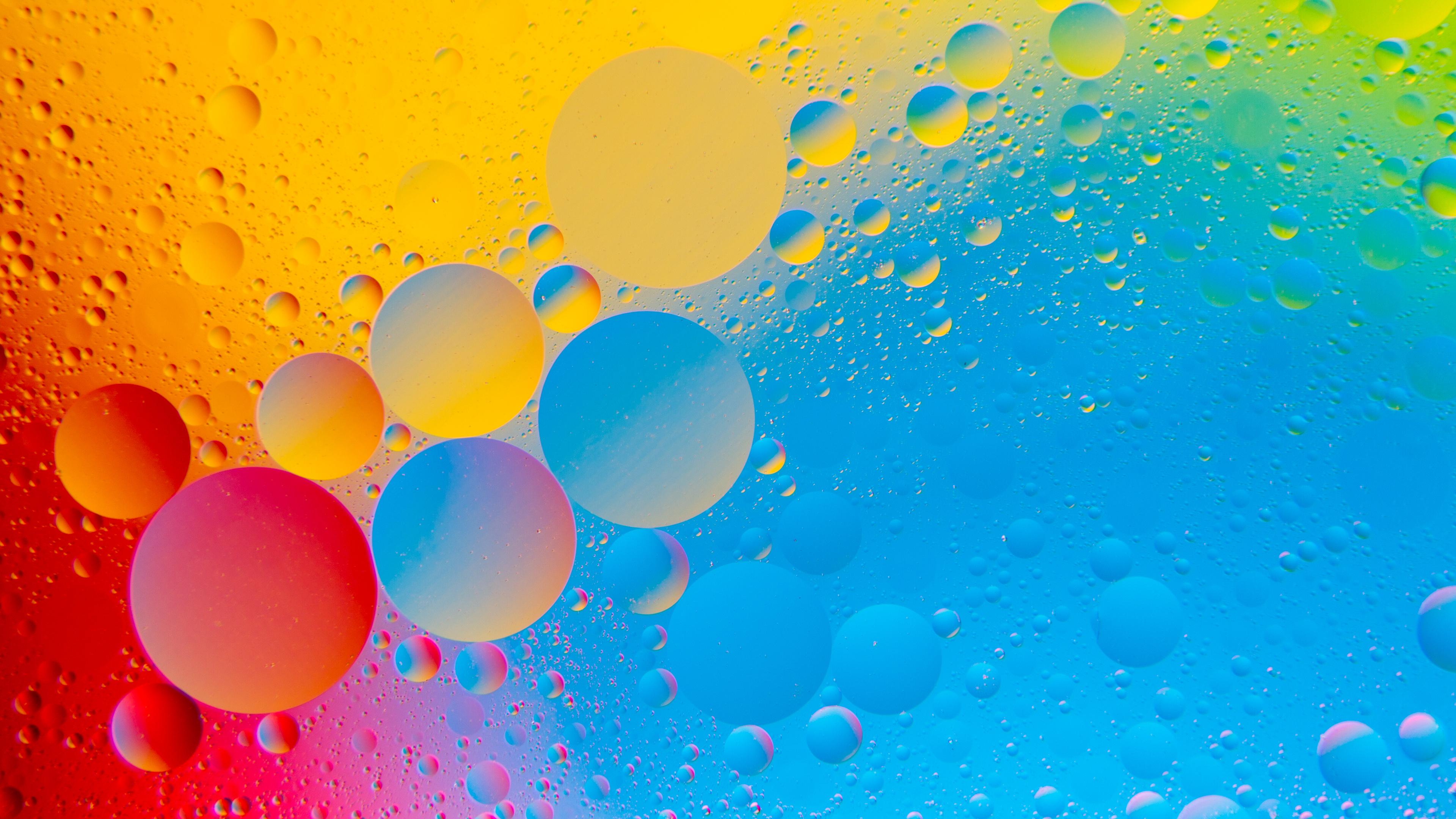 Фоновый рисунок с яркой палитрой цветов шаров и мелких пузырьков