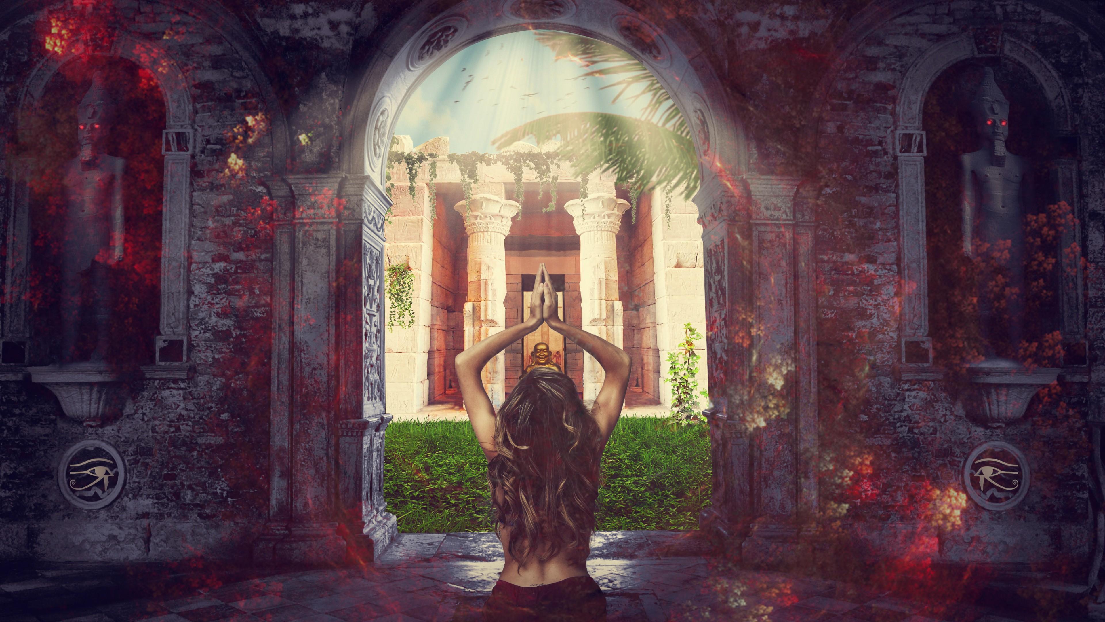 Девушка с вьющимися длинными волосами и  вверх поднятыми руками у входа в храм