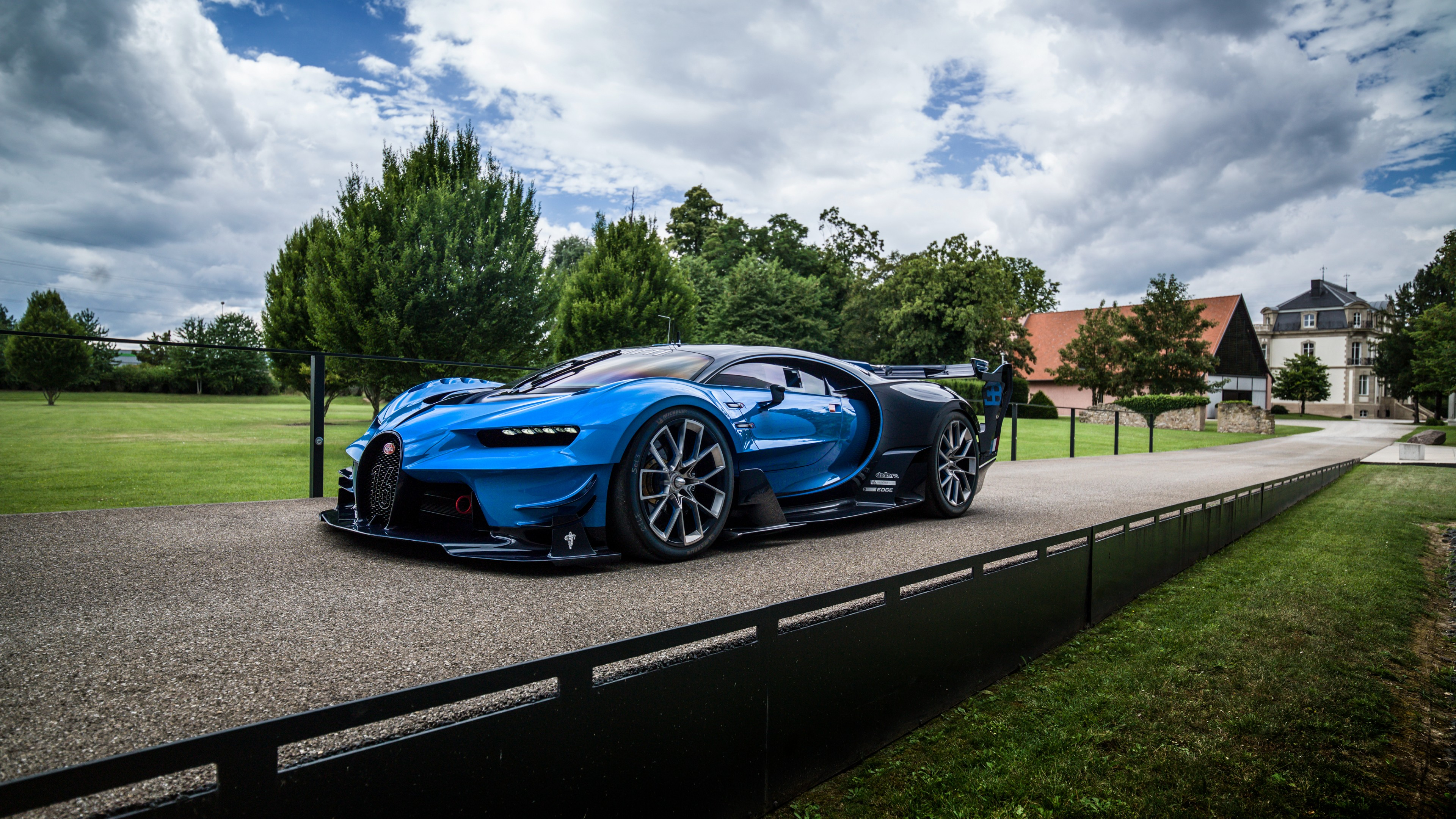 Ярко-синий спортивный автомобиль с агрессивным трековым обвесом,дисками,экстерьером