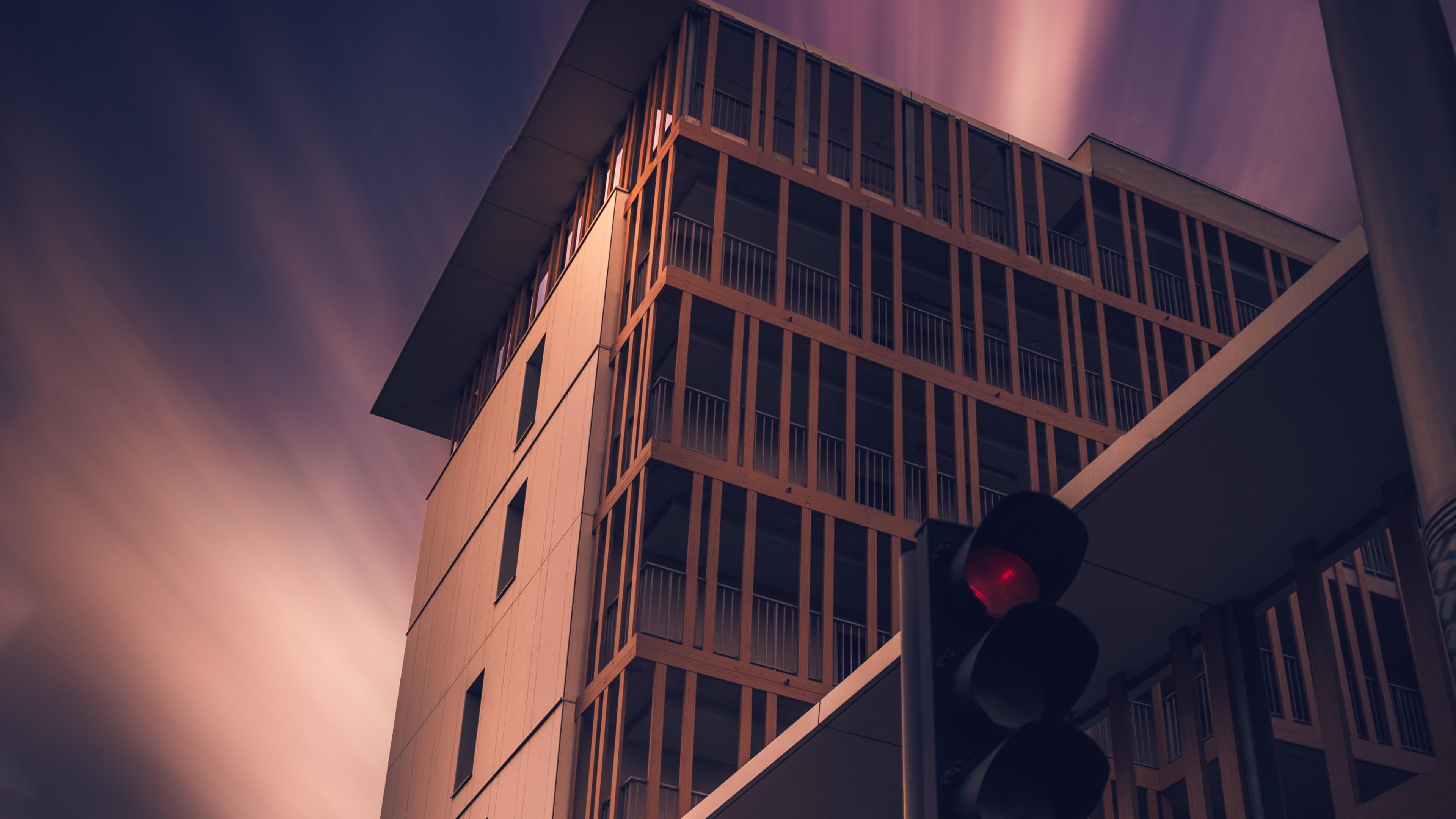Архитектурный дизайн небоскреба в фиолетово-розовых лучах заката