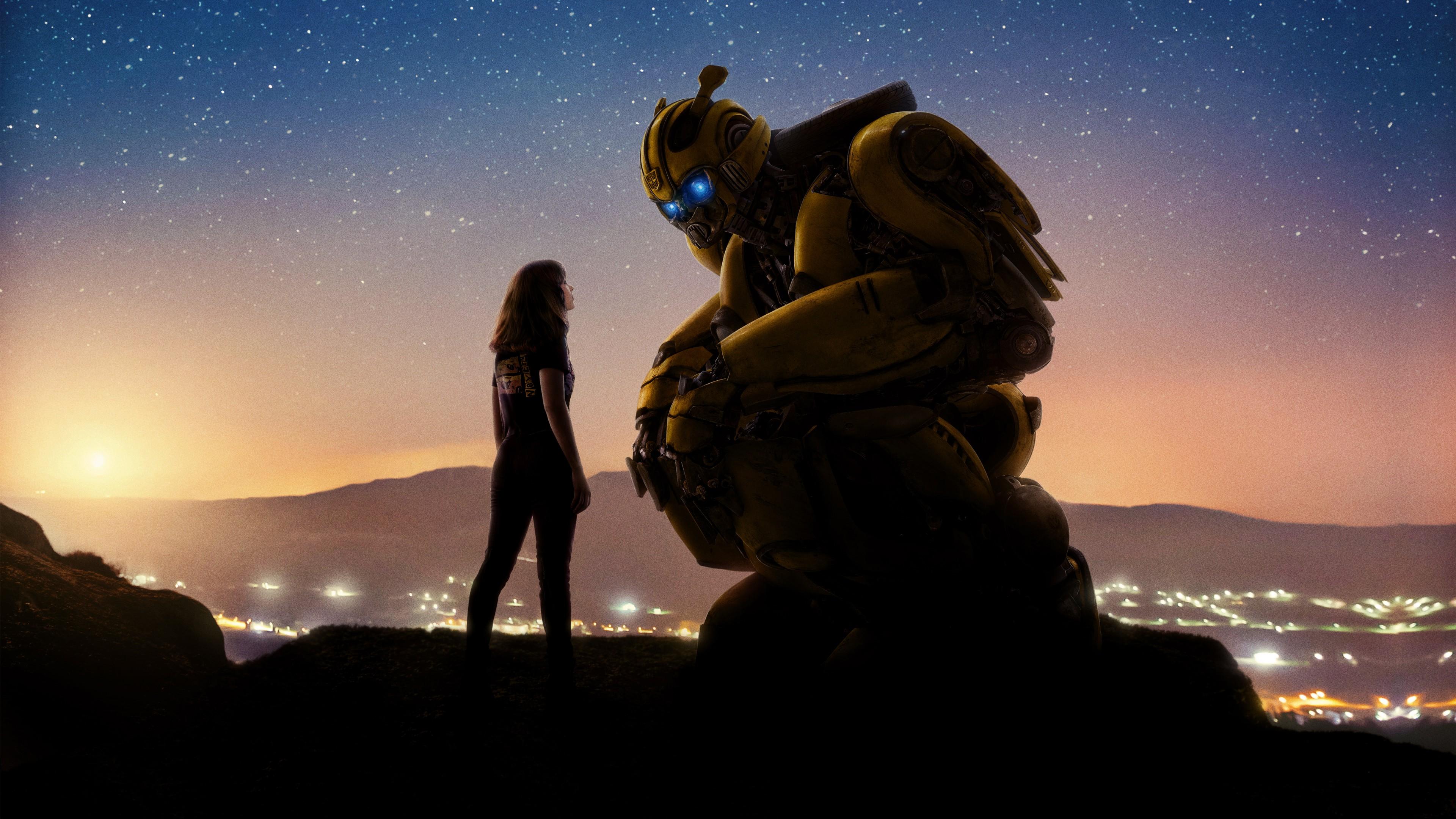 Робот с неоновыми глазами и девушка на берегу моря в лучах солнца и золотых звезд