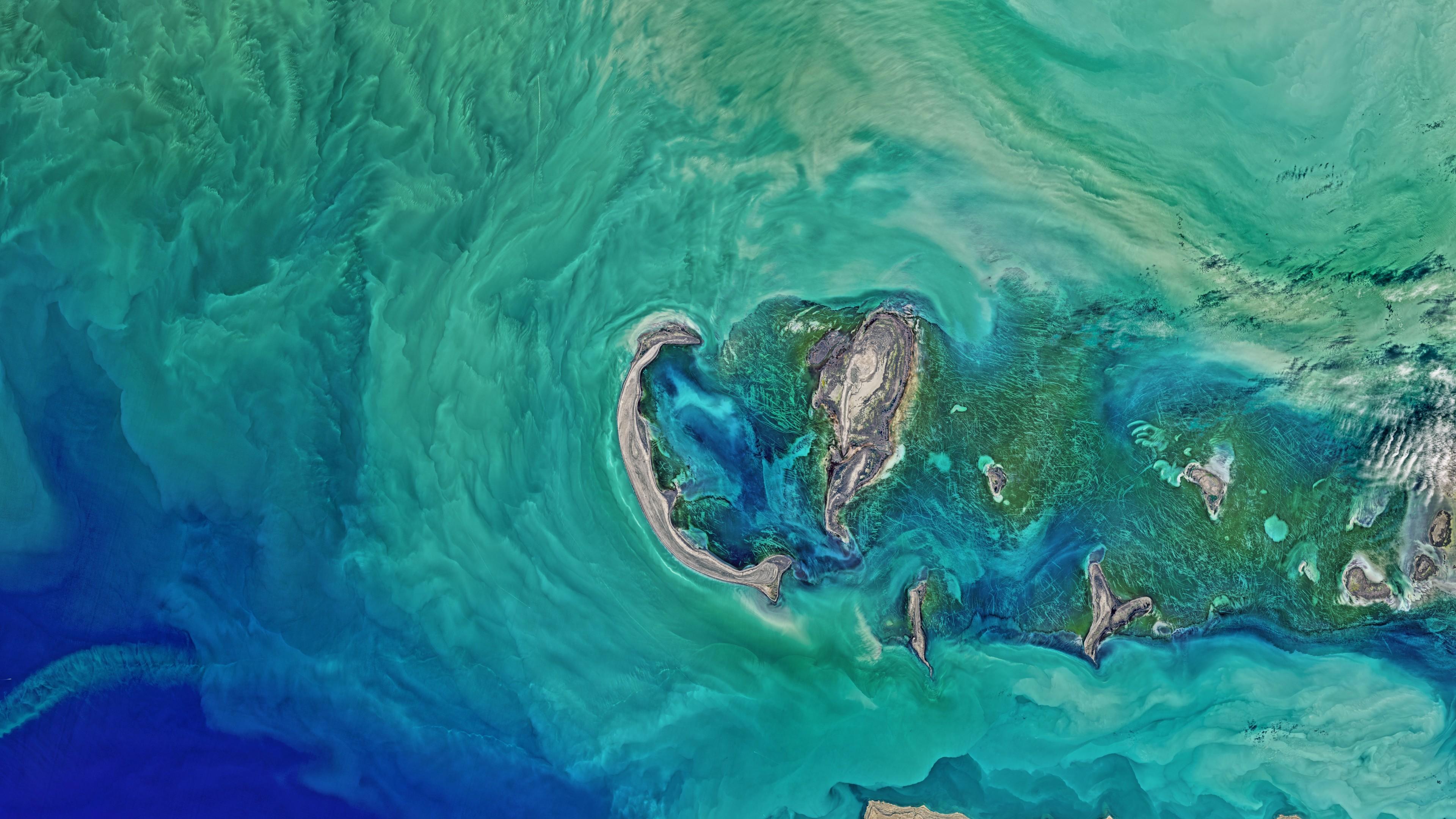 Аэросъемка шторма в океане с сине-изумрудными волнами,островами,деревьями