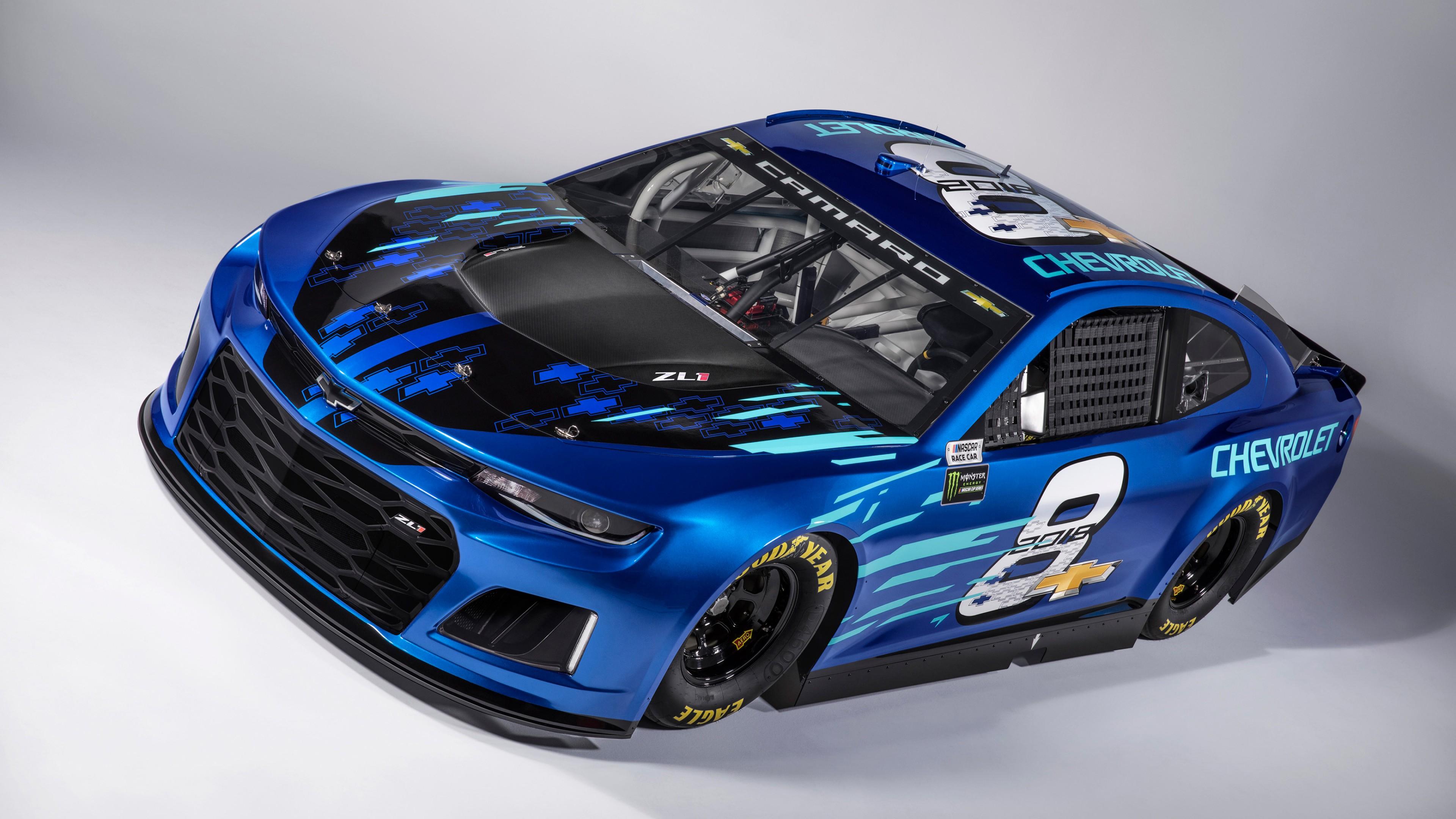 Ярко синий спортивный автомобиль с мощным обвесом и цифрой 8