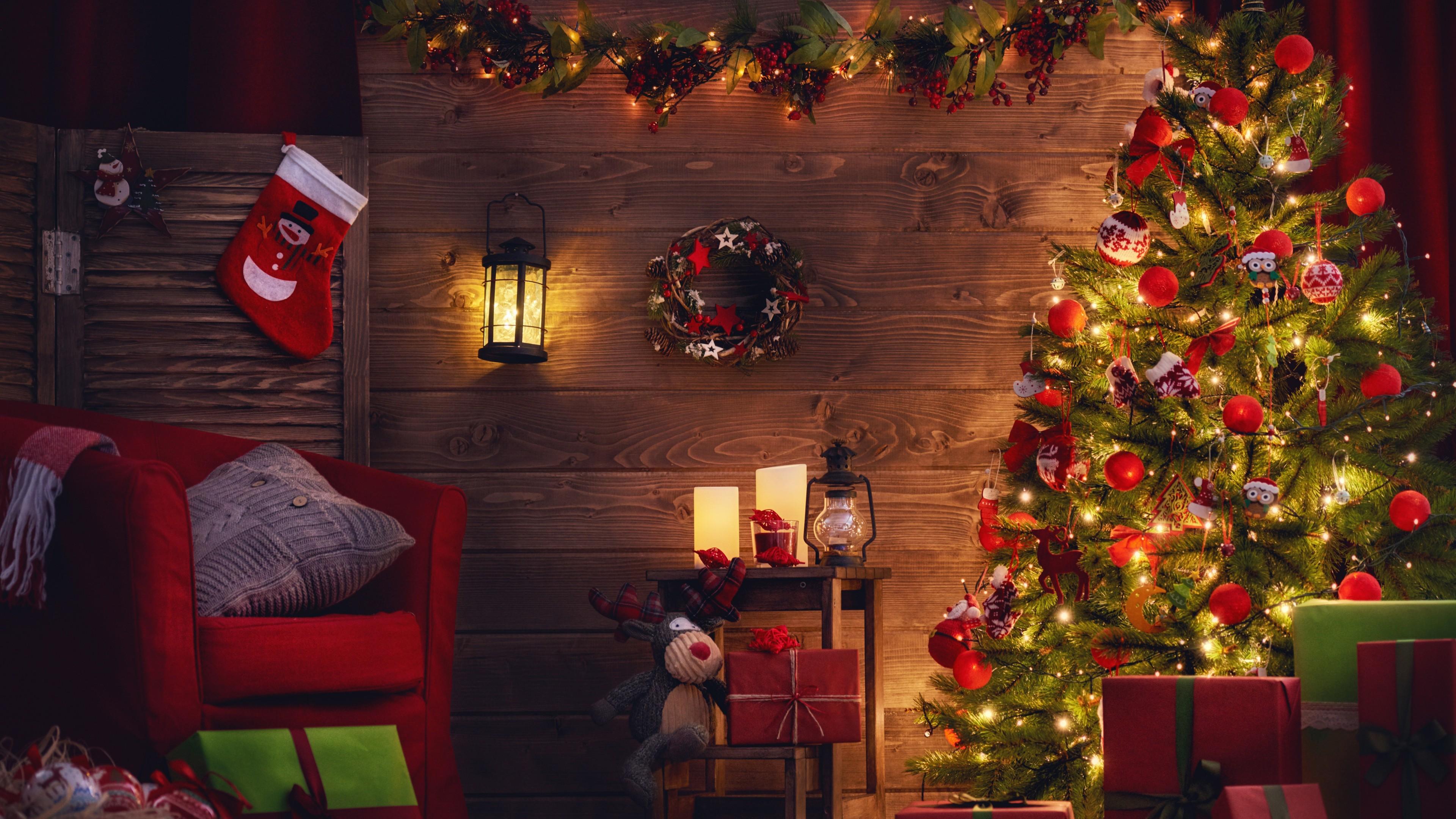 Новогодняя елка в ярких красных шарах , сверкающих огнями гирлянд и подарками