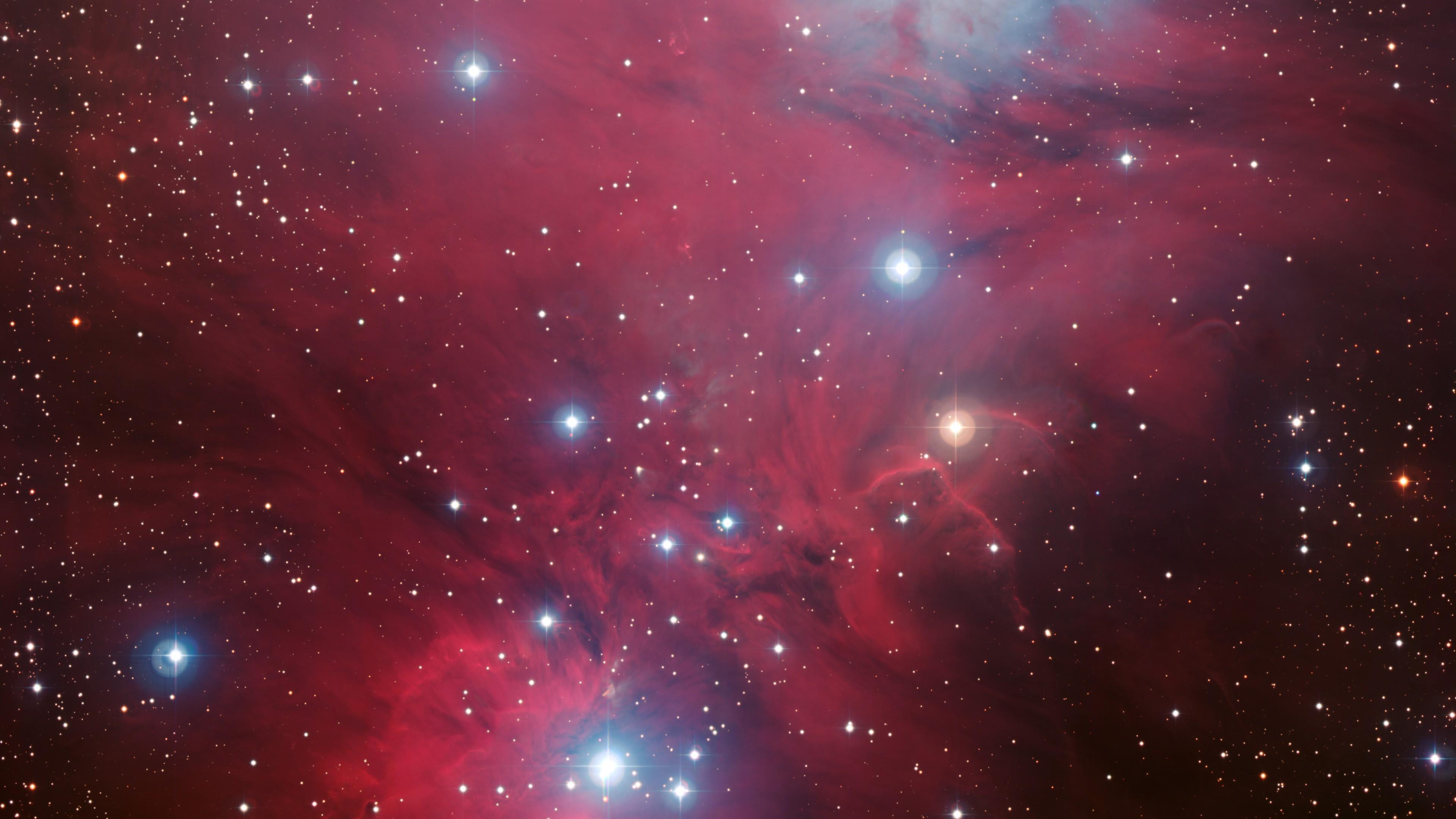 Галактика в темно-красном тумане с излучением и яркими блестящими звездами