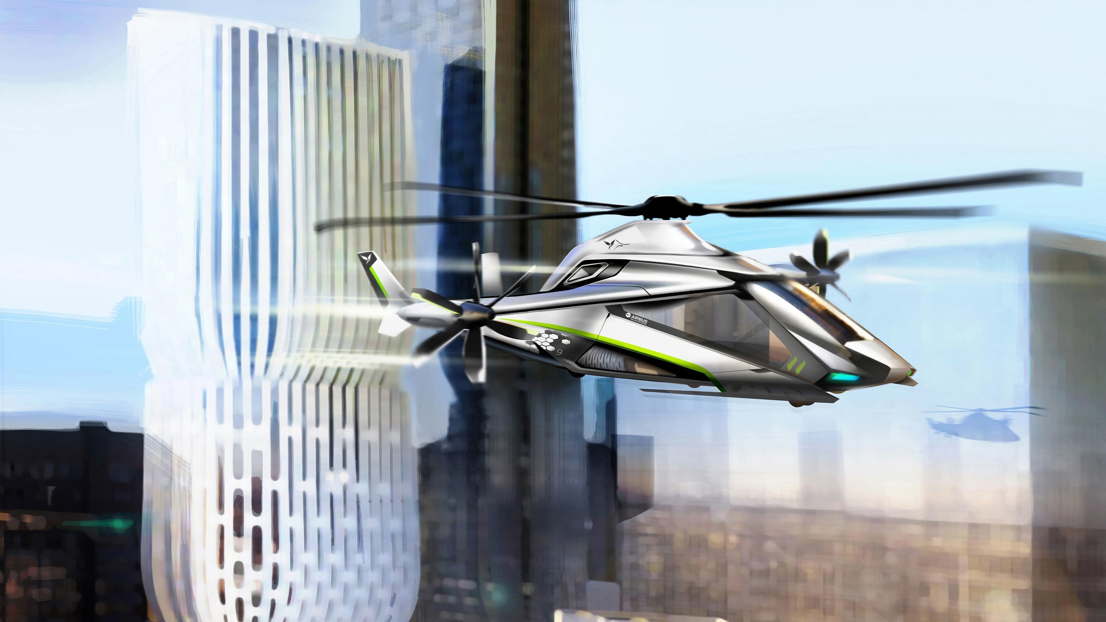 Вертолет на высоте небоскребов в солнечных лучах