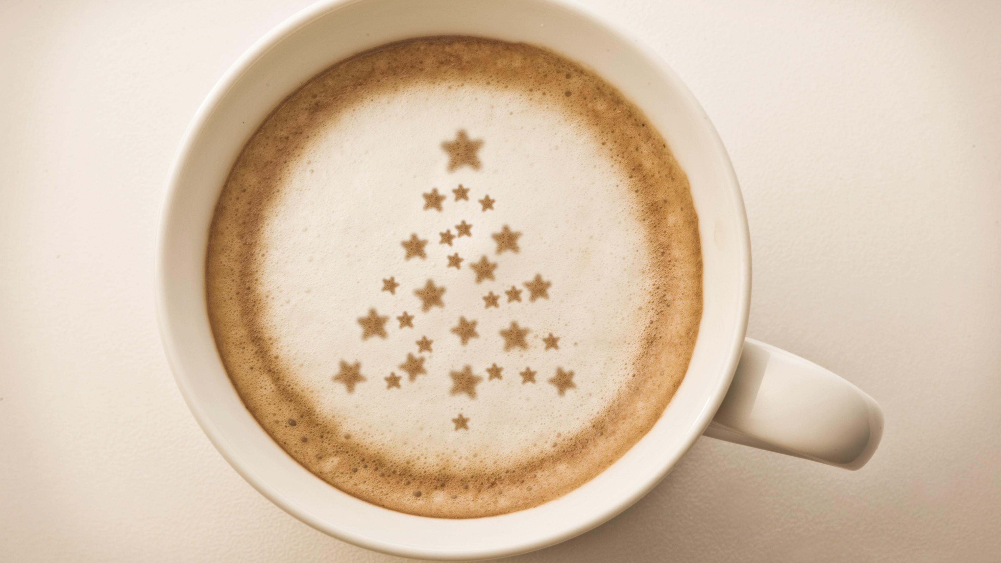Утренний кофе в чашке с пенкой  звездочки - елка