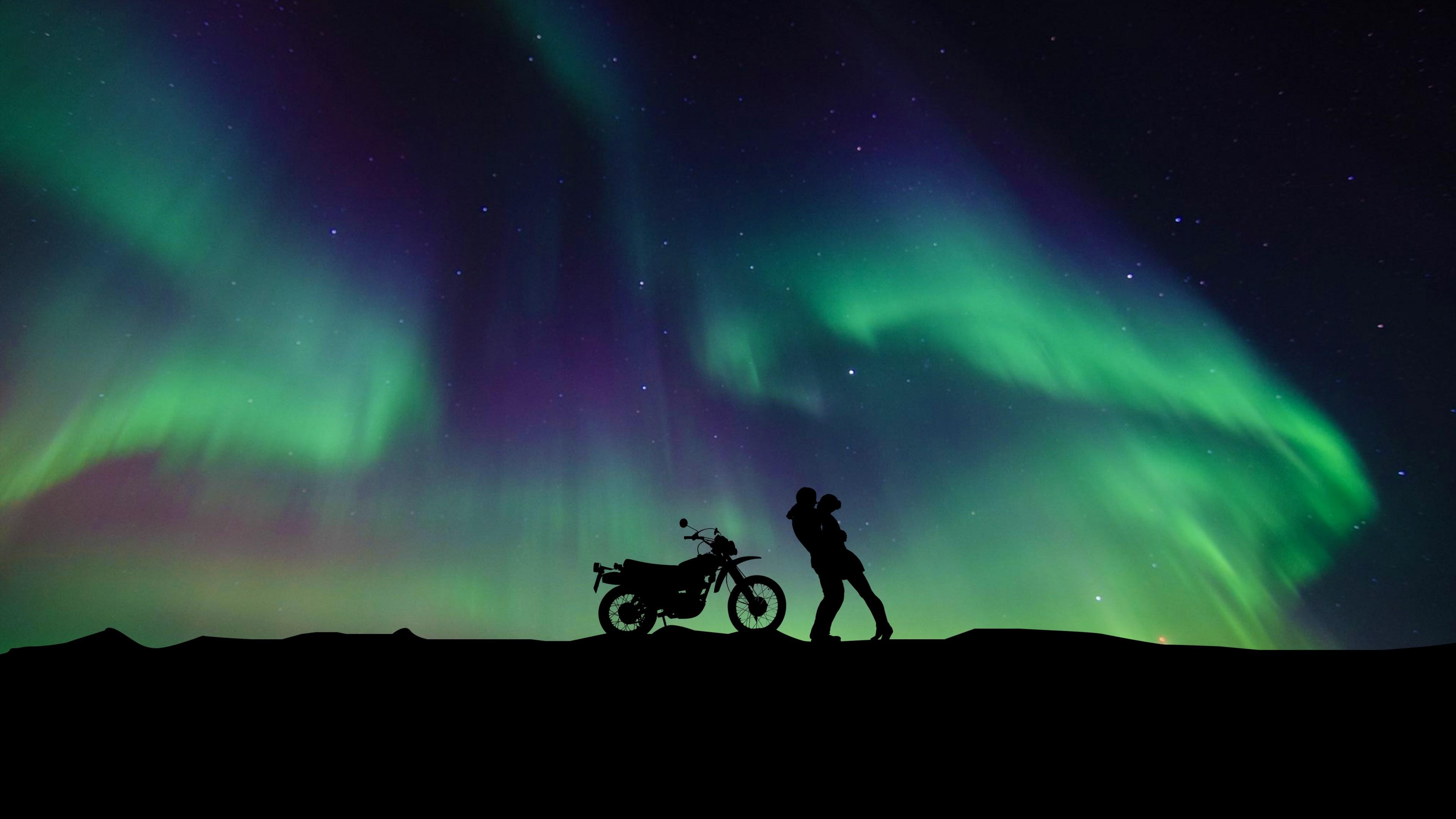 Полярное сияние в фиолетово-зеленых оттенках звездного небосвода