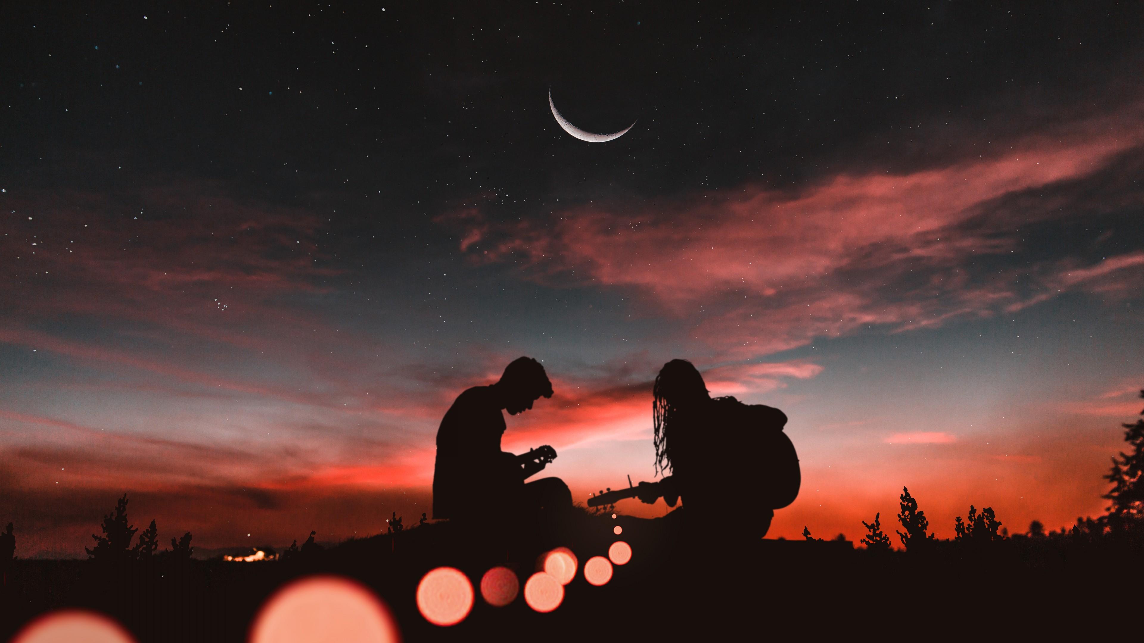 Двое у костра с гитарами в отблесках красно-розовых облаков,звезд,полумесяца