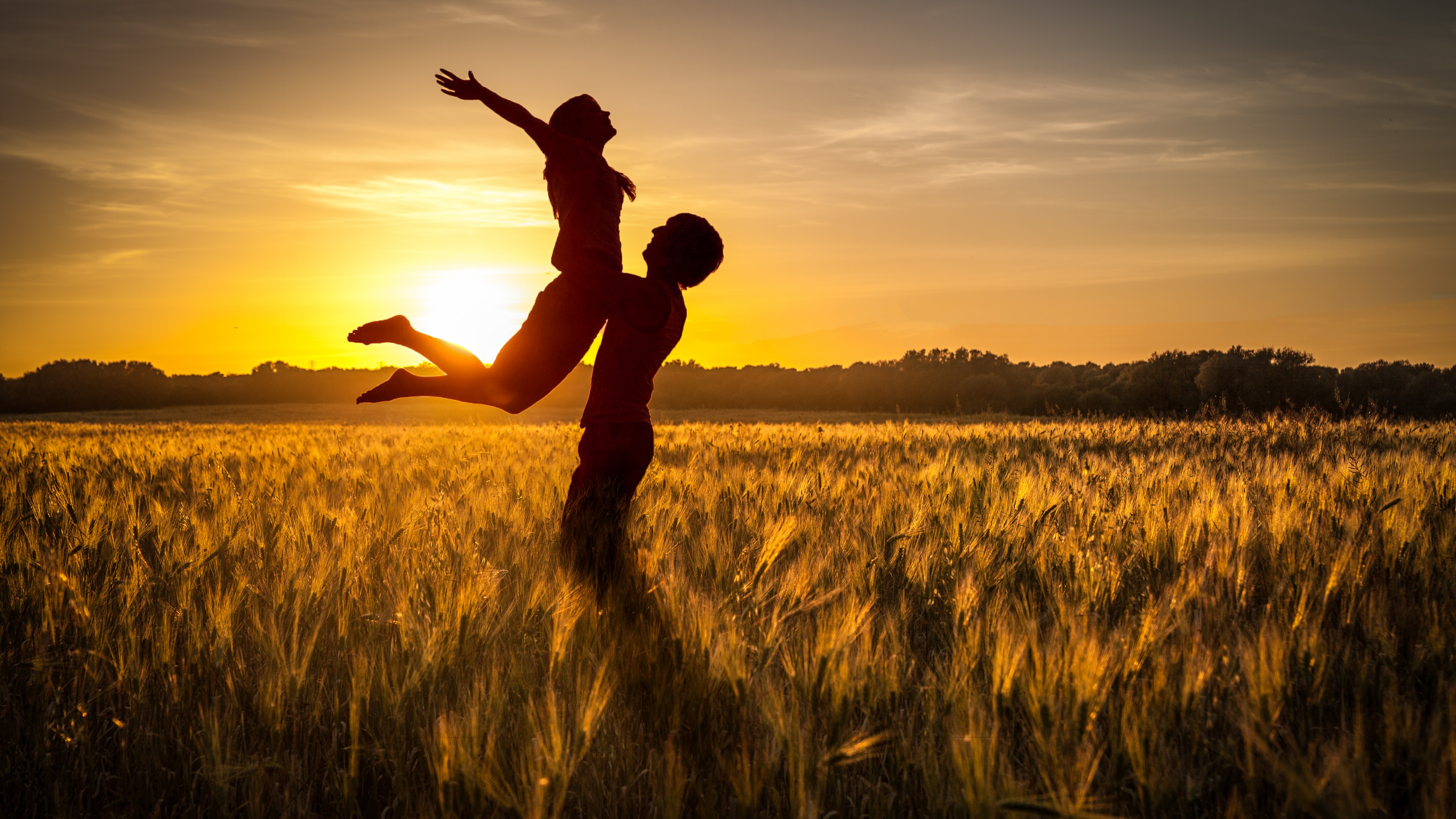 Счастливые на фоне закатного солнца-огонь и золотыми отблесками