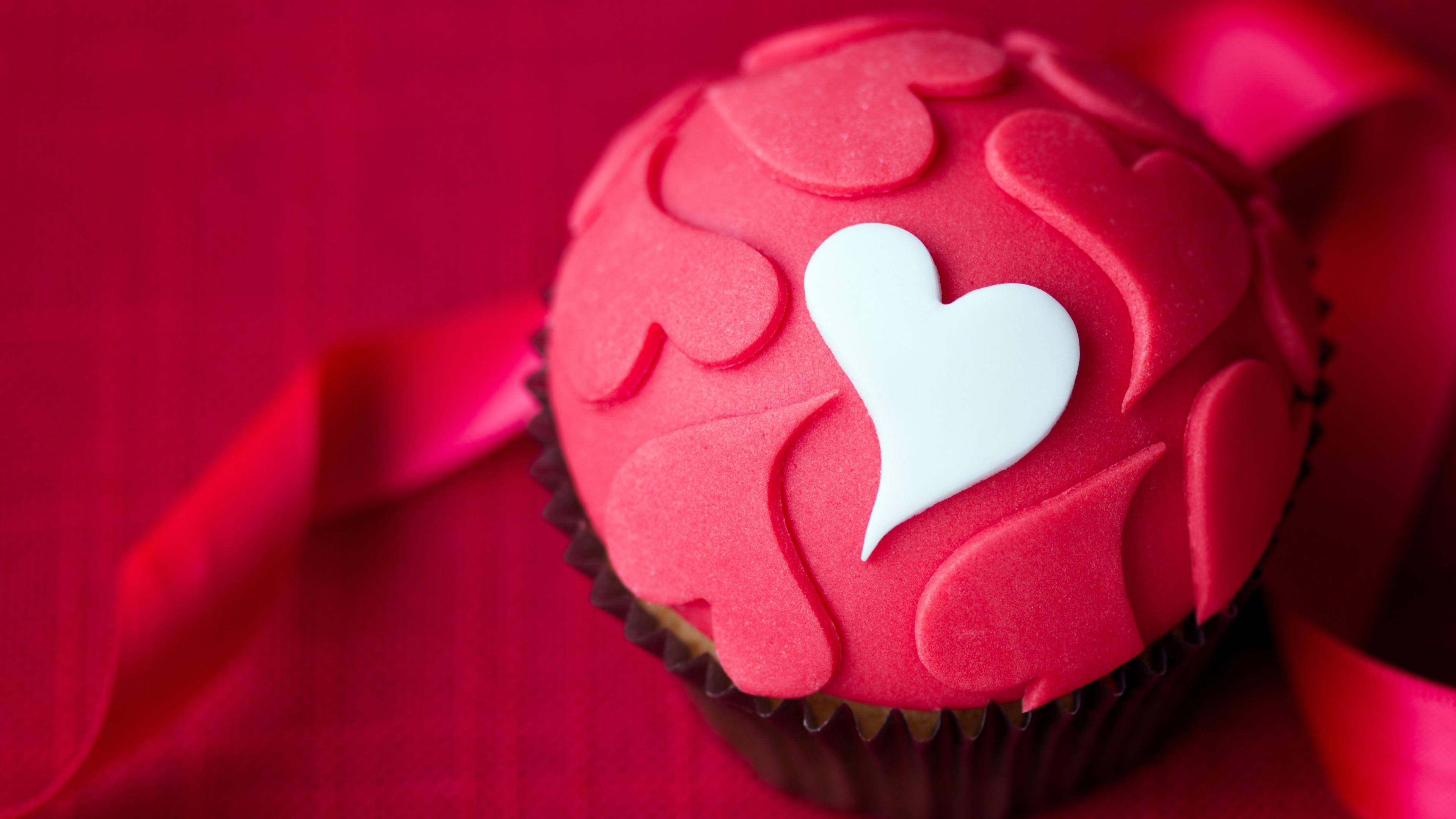 Подарочный  кекс с малиновыми и белым сердечками с красной шелковой лентой