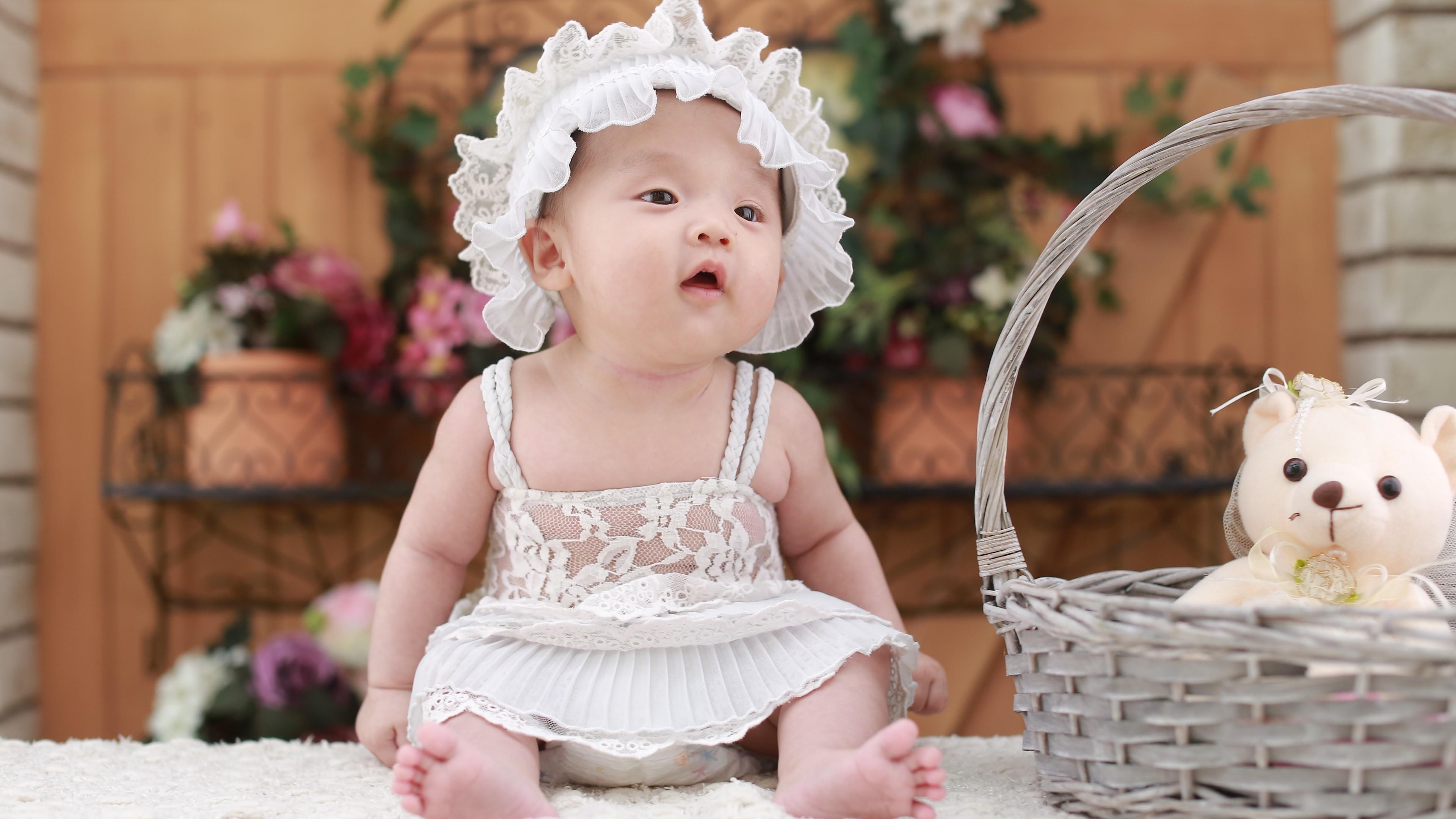 Малышка с пухлыми щечками,открытым ртом и удивленным взглядом