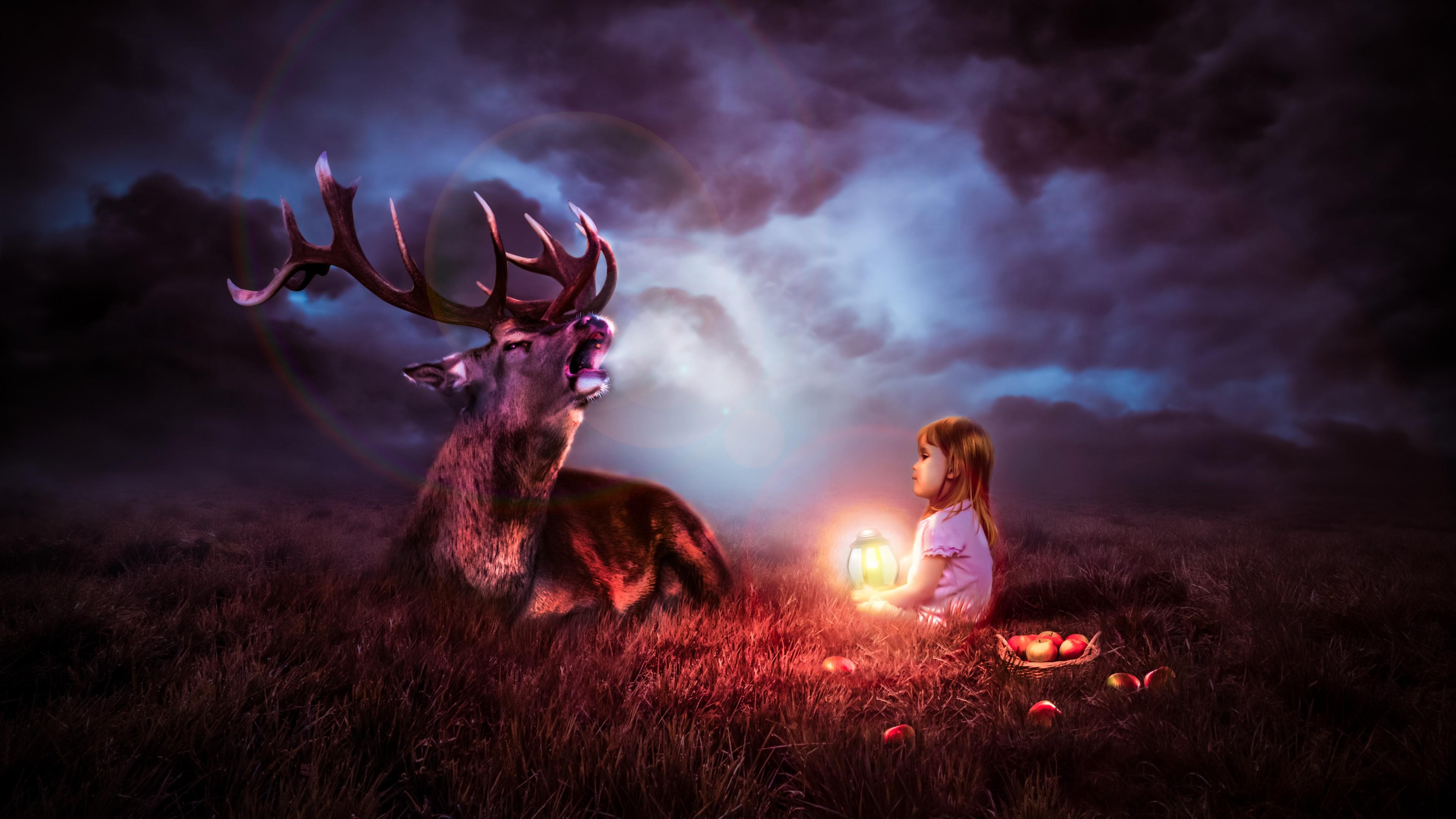 Олень и девочка с волшебным фонарем под облаками ночного неба