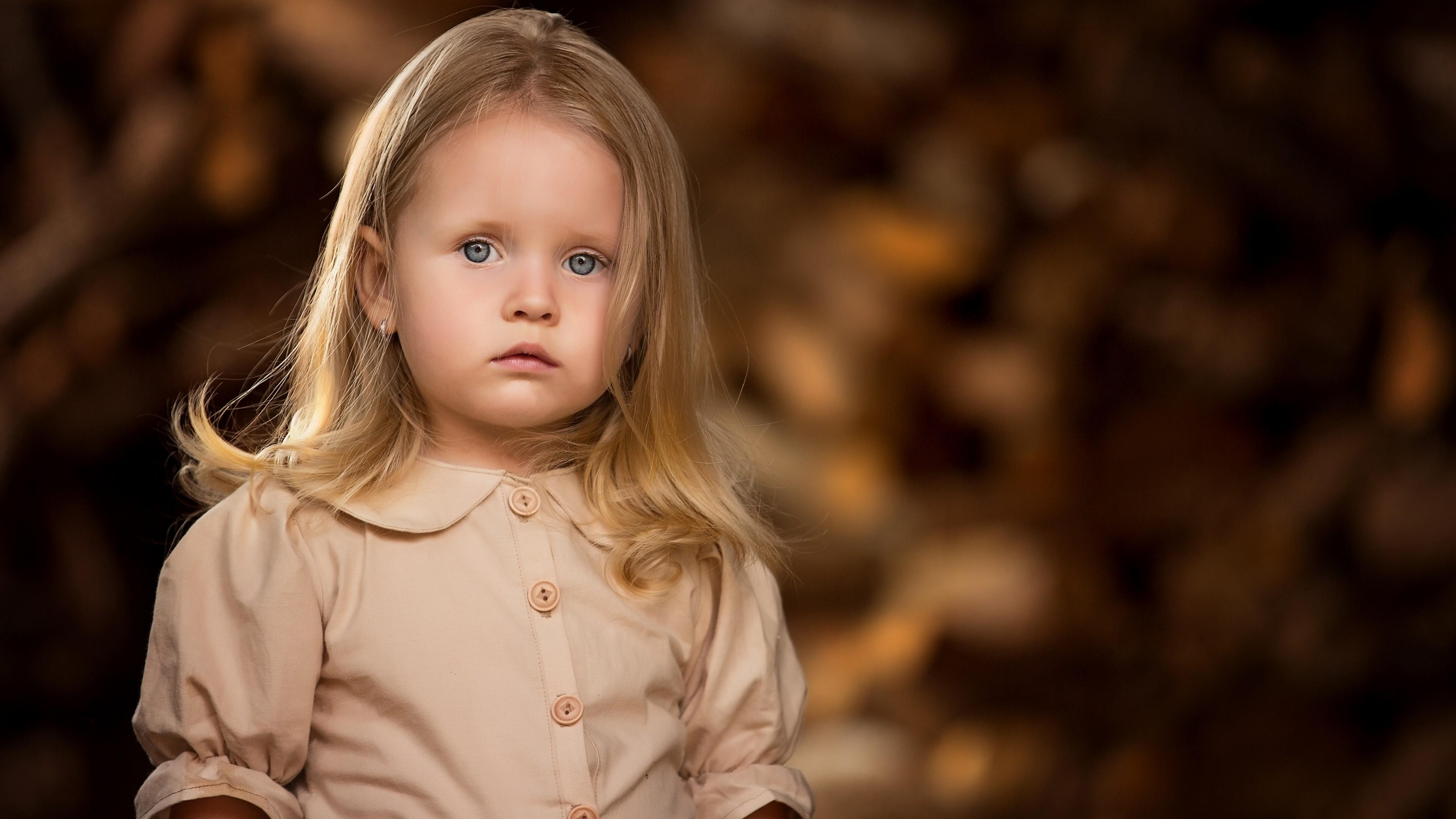Прелестная маленькая девочка с голубыми глазами и роскошными волосами