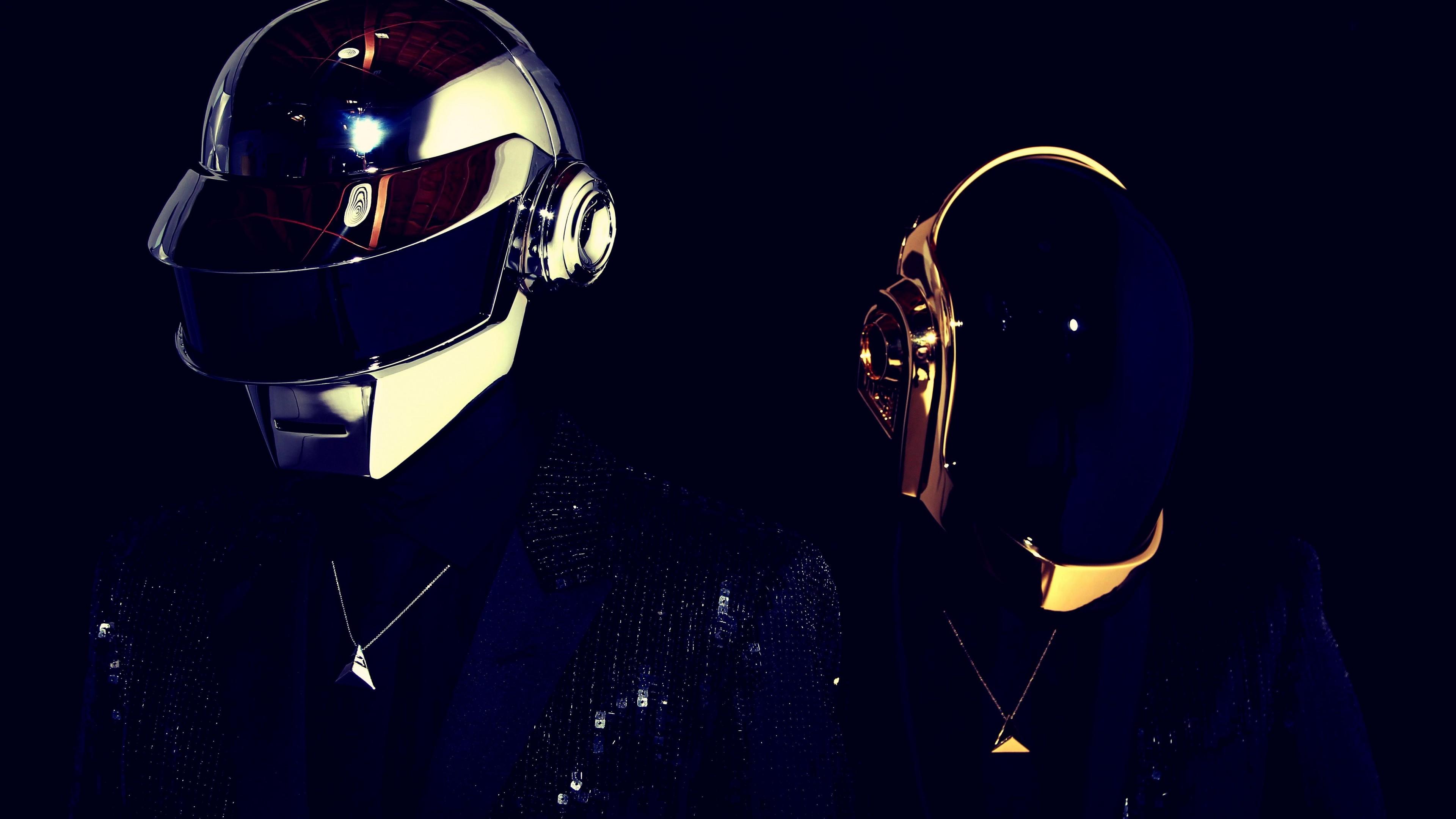 Роботы в шлемах и очках в отблесках и бликах  звездной Вселенной