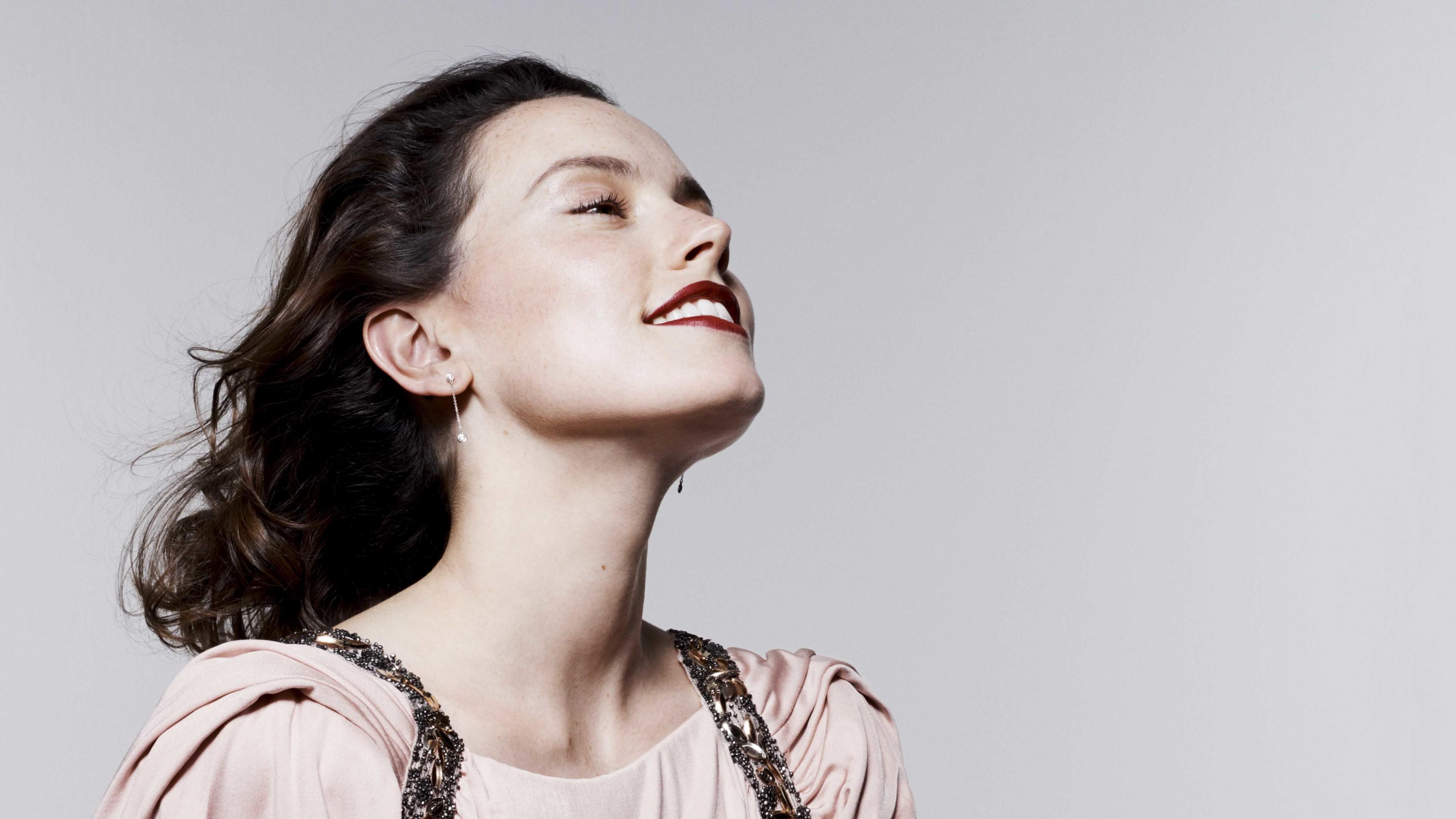 Девушка брюнетка с белоснежной улыбкой и счастливым взглядом