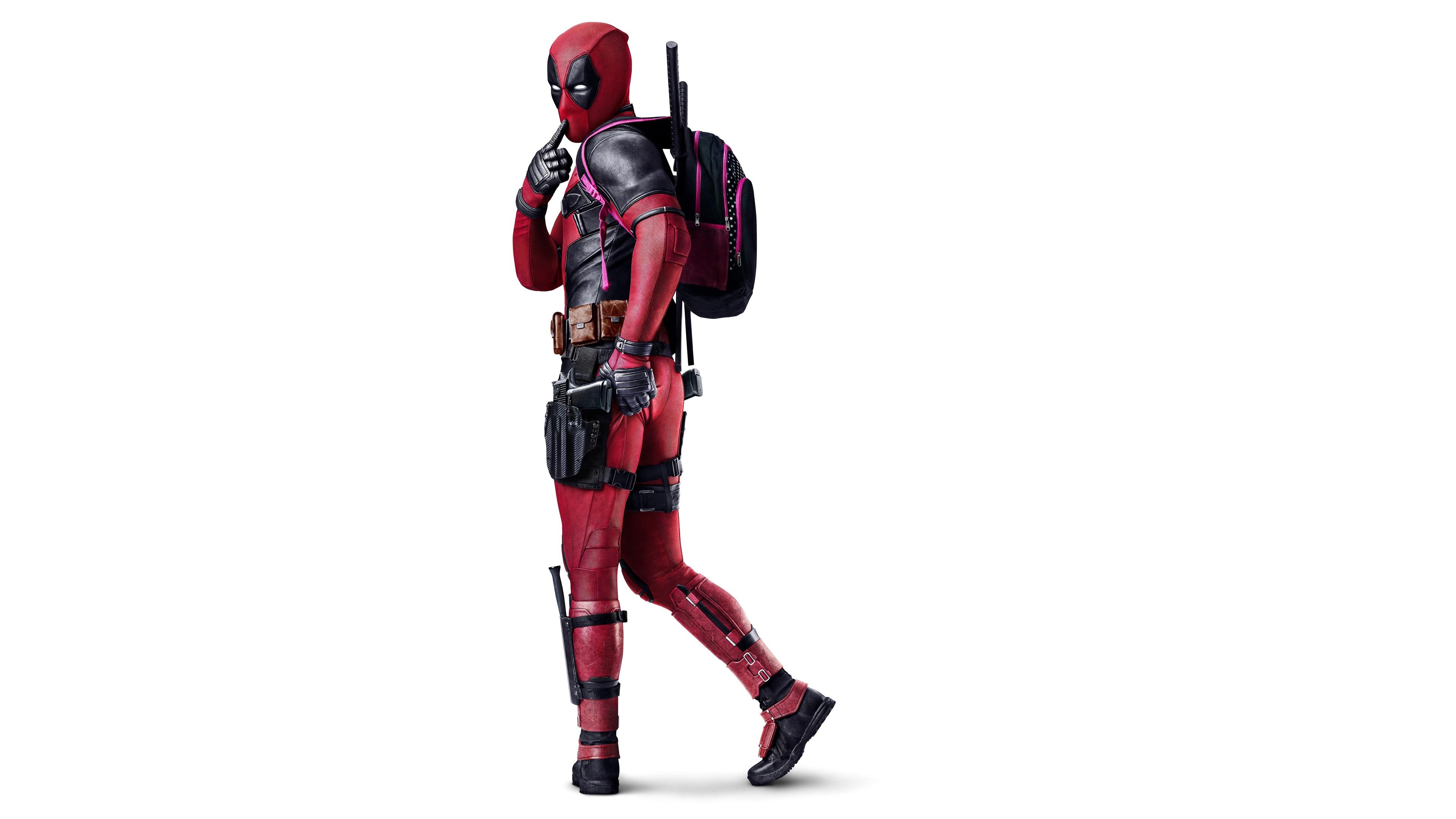 Реклама героя в красно-черном шлеме с рюкзаком и оружием