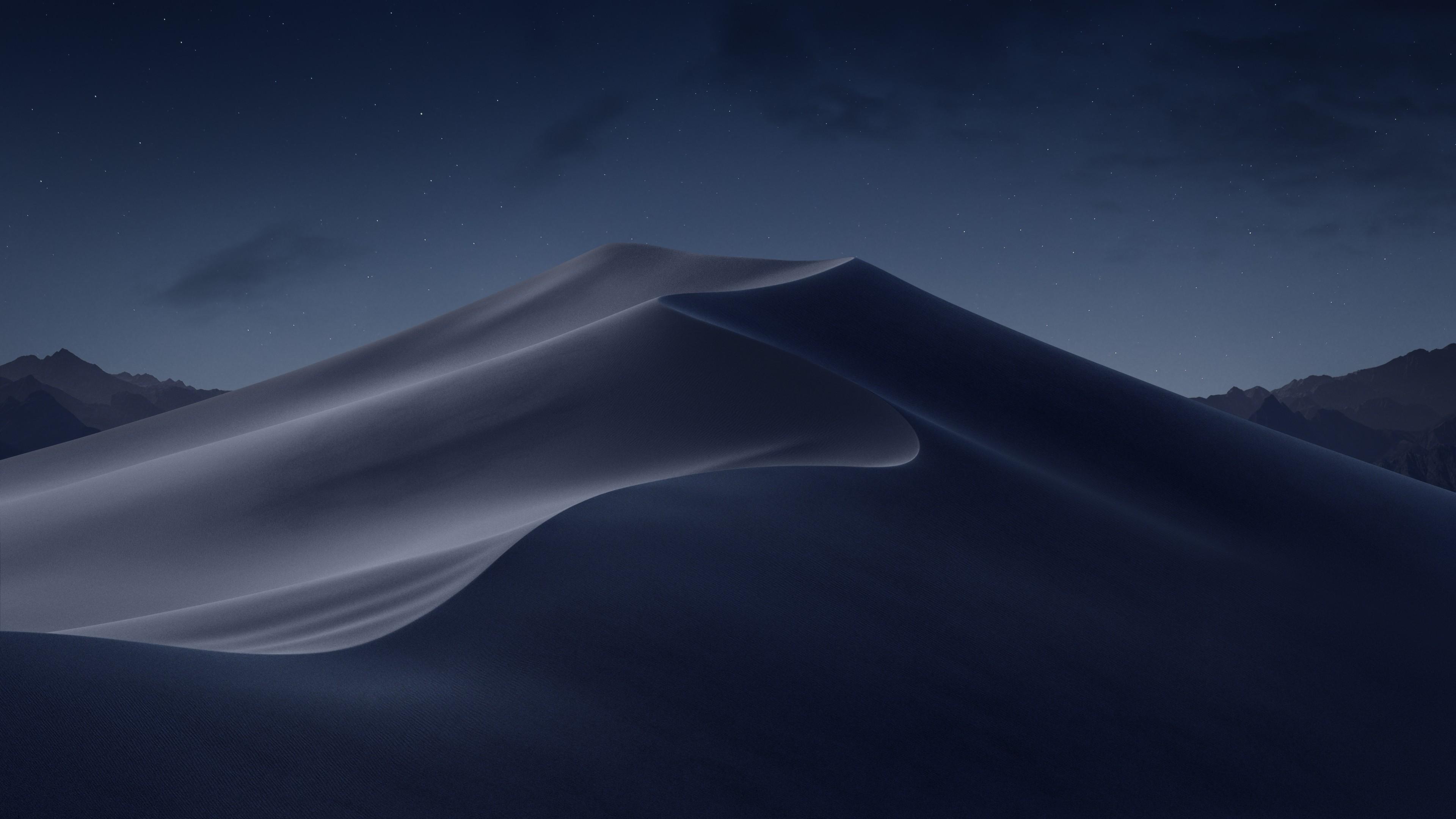 Рельефные барханы в виде серпа над ночным небом с россыпью звезд