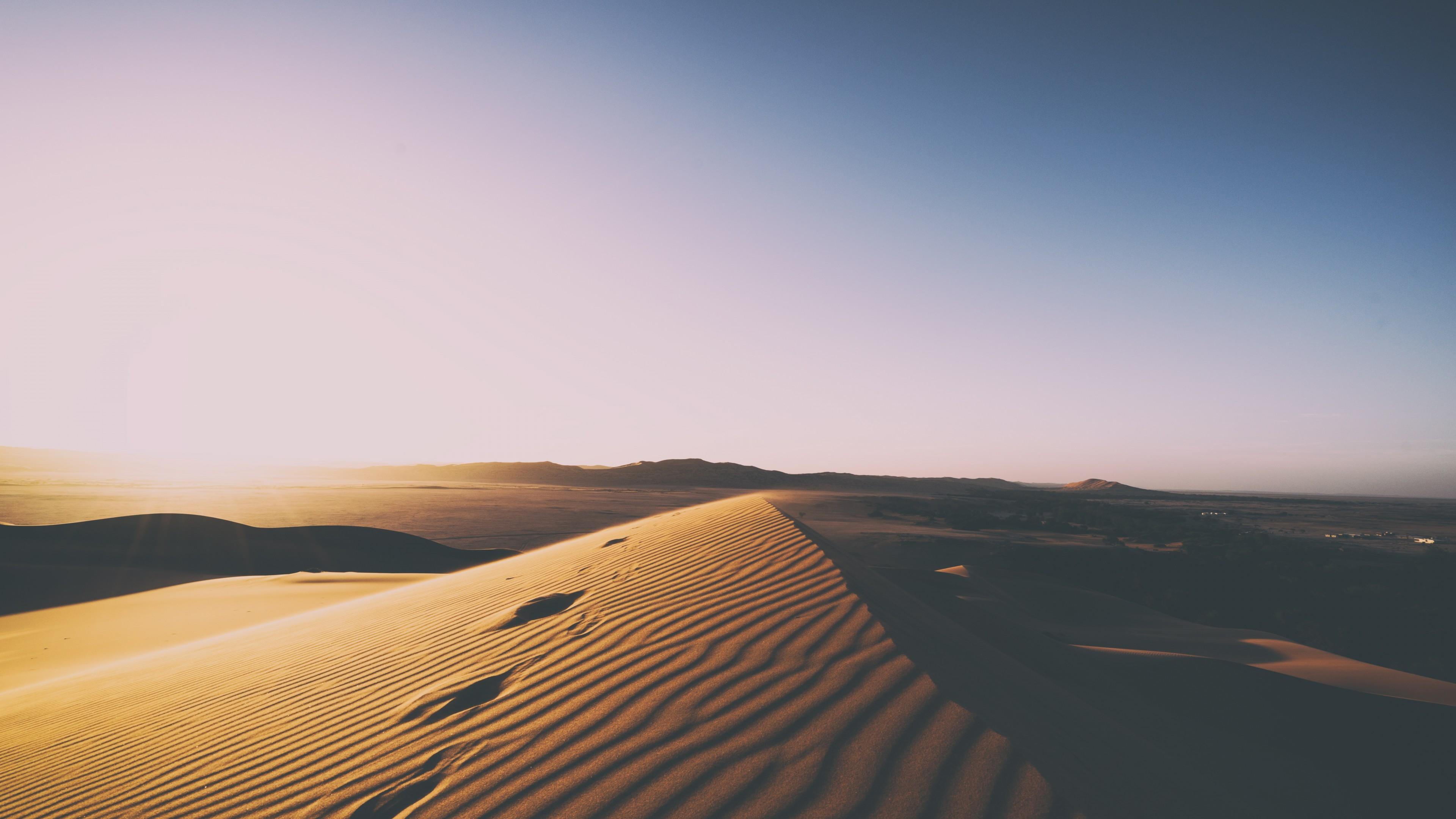 Узорные рельефные дюны в золотых отблесках солнца