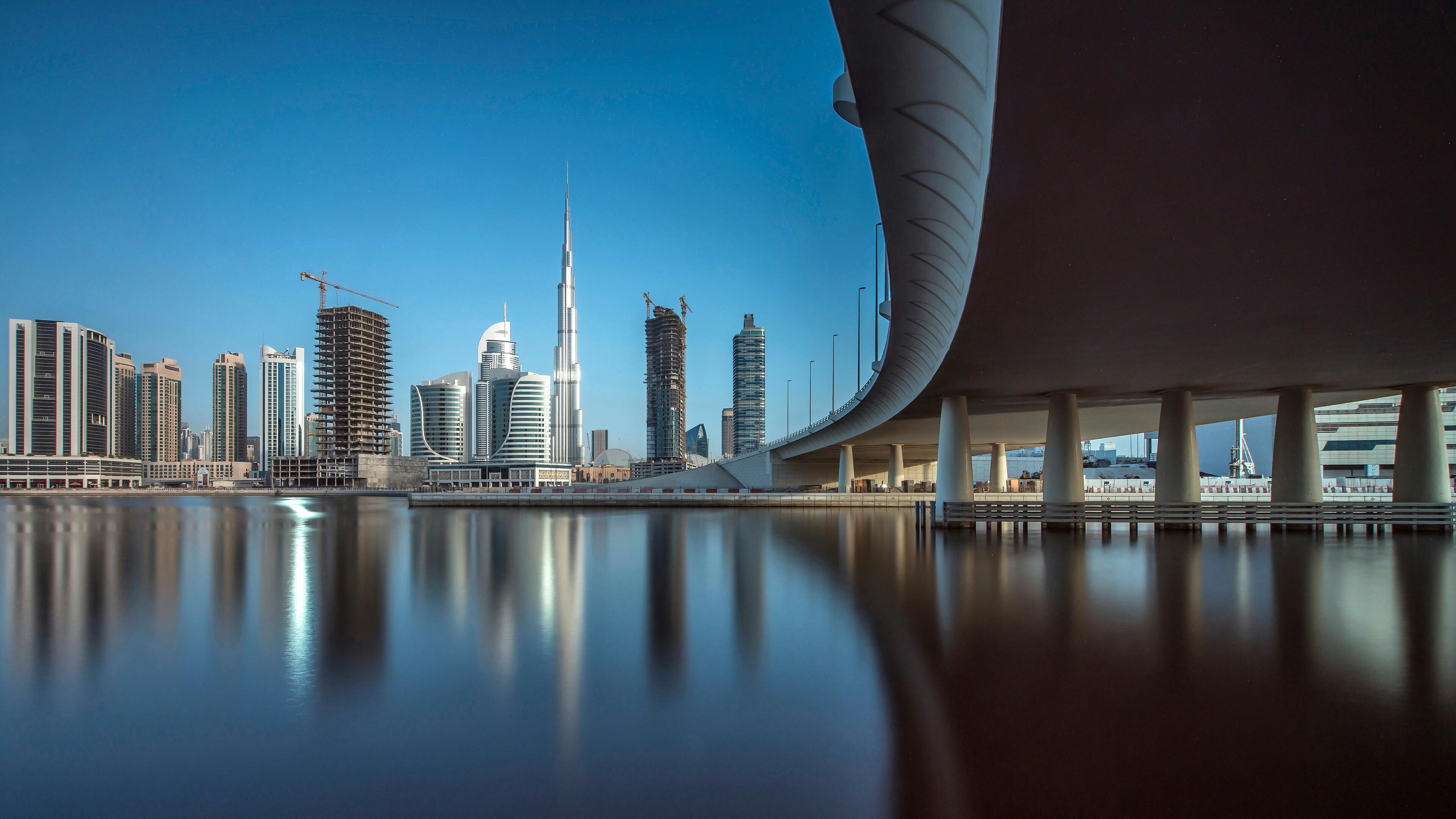 Архитектурный стиль зданий у морской набережной и оригинального моста