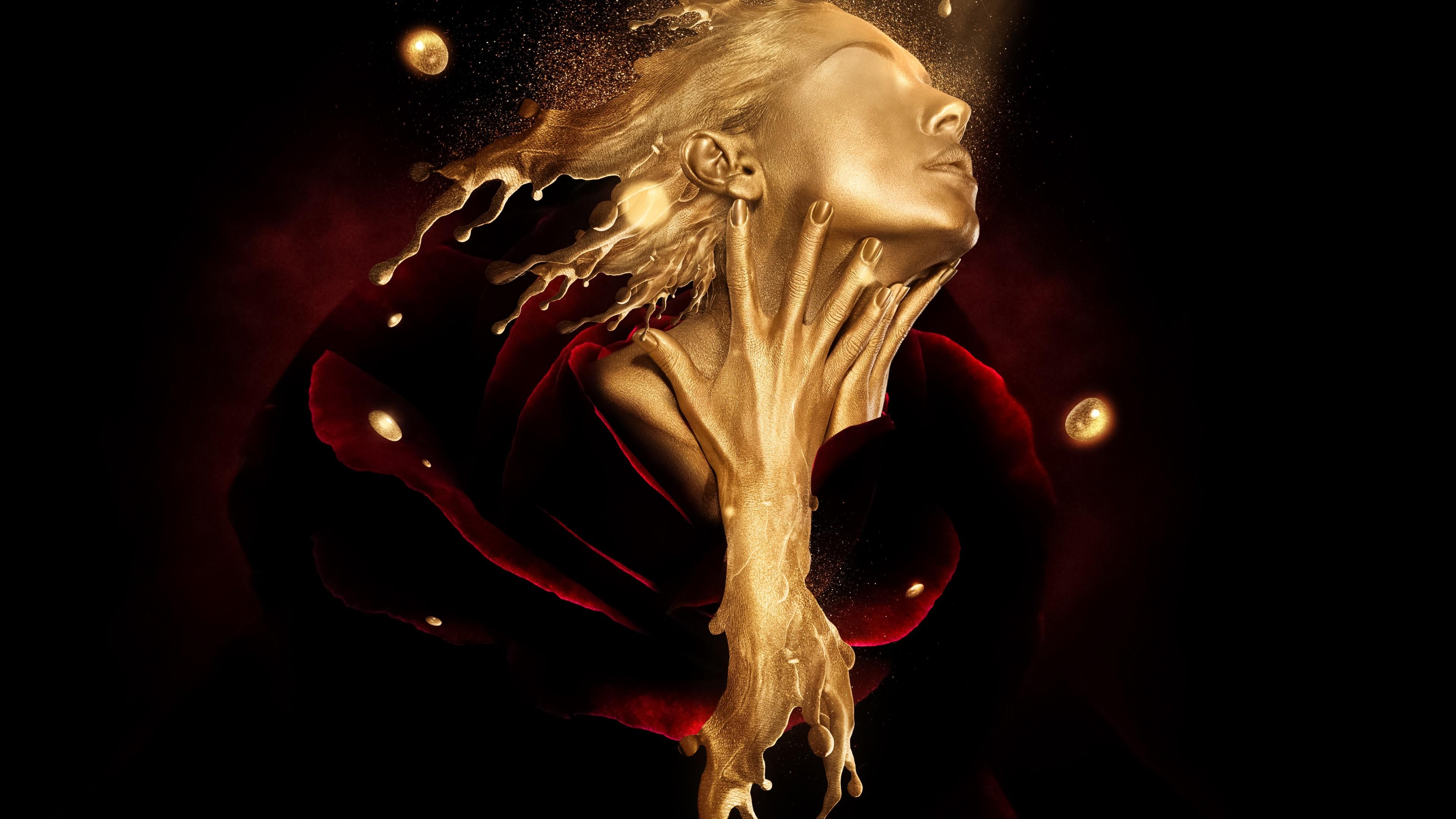 Золотое лицо и руки мечтательной девушки в  ночном небе золотого света
