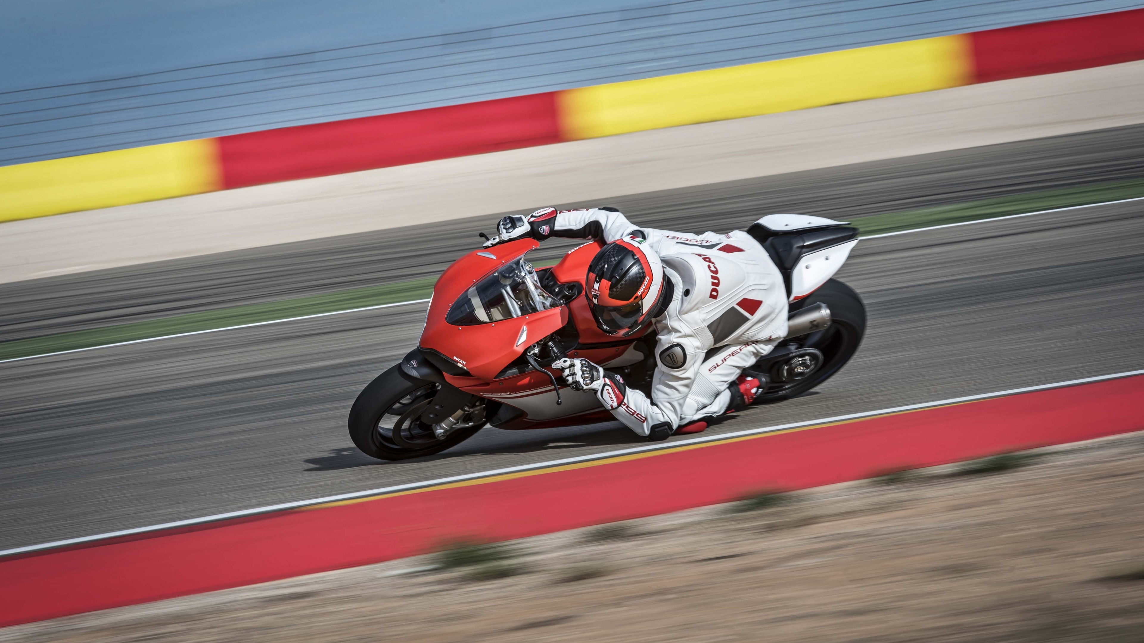 Мотокросс на спортивном мотоцикле