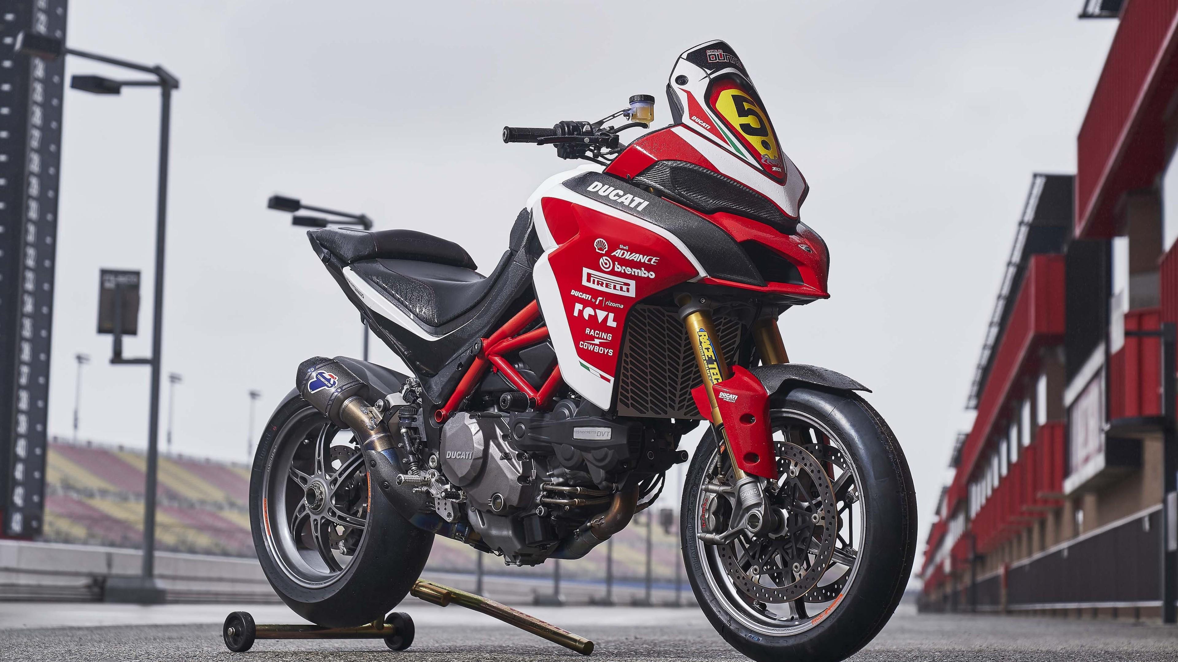Красный гоночный мотоцикл с цифрой пять