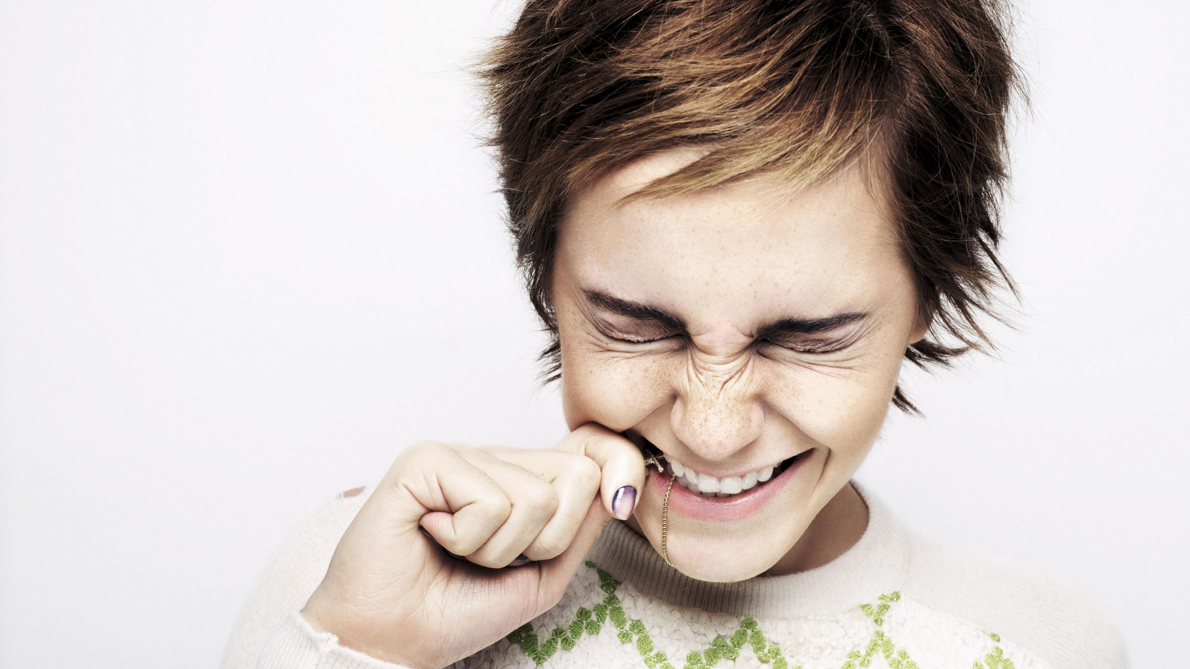 Эмоции радости брюнетки с короткой модельной стрижкой