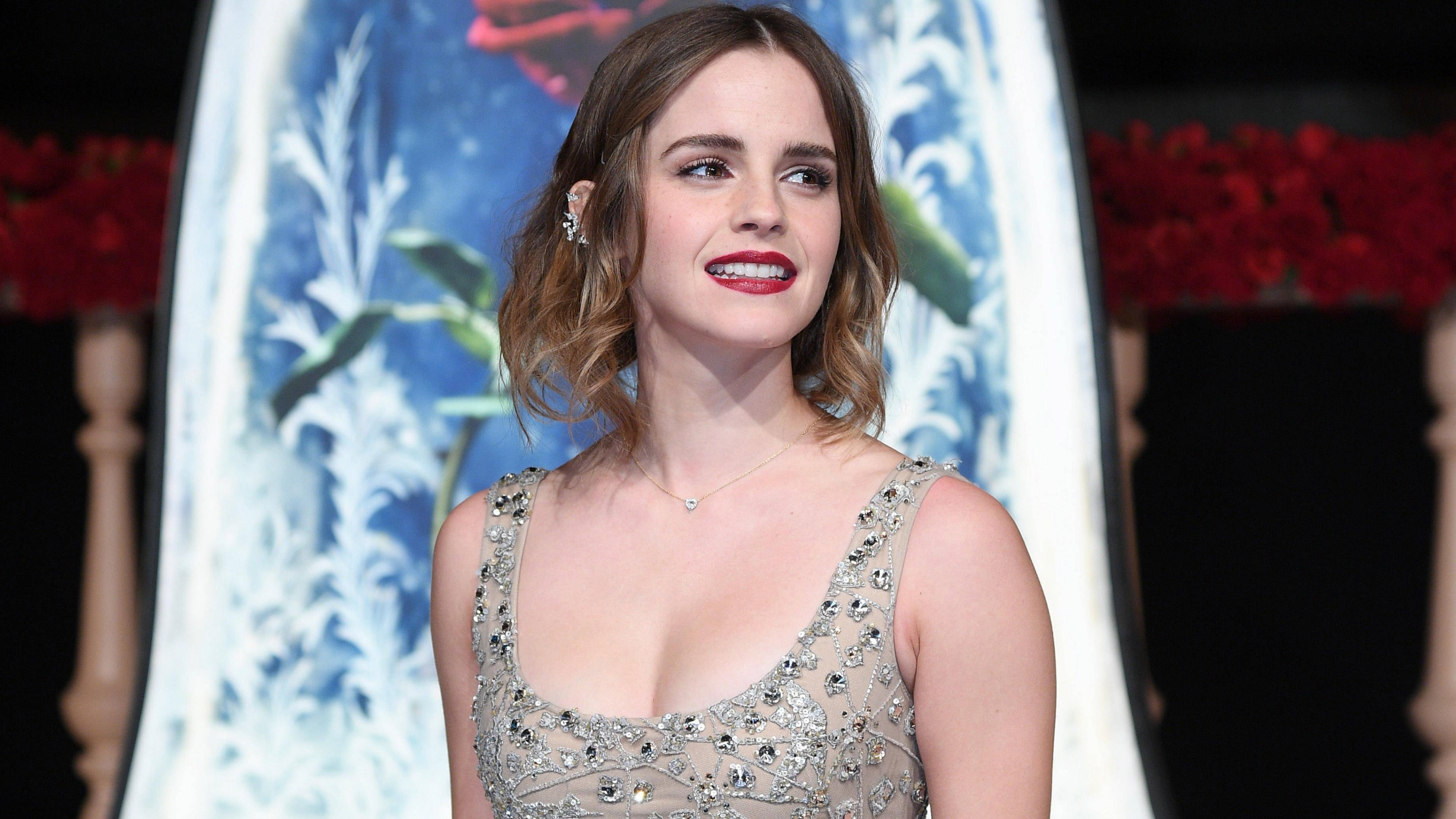 Элегантная красивая девушка с белоснежной улыбкой