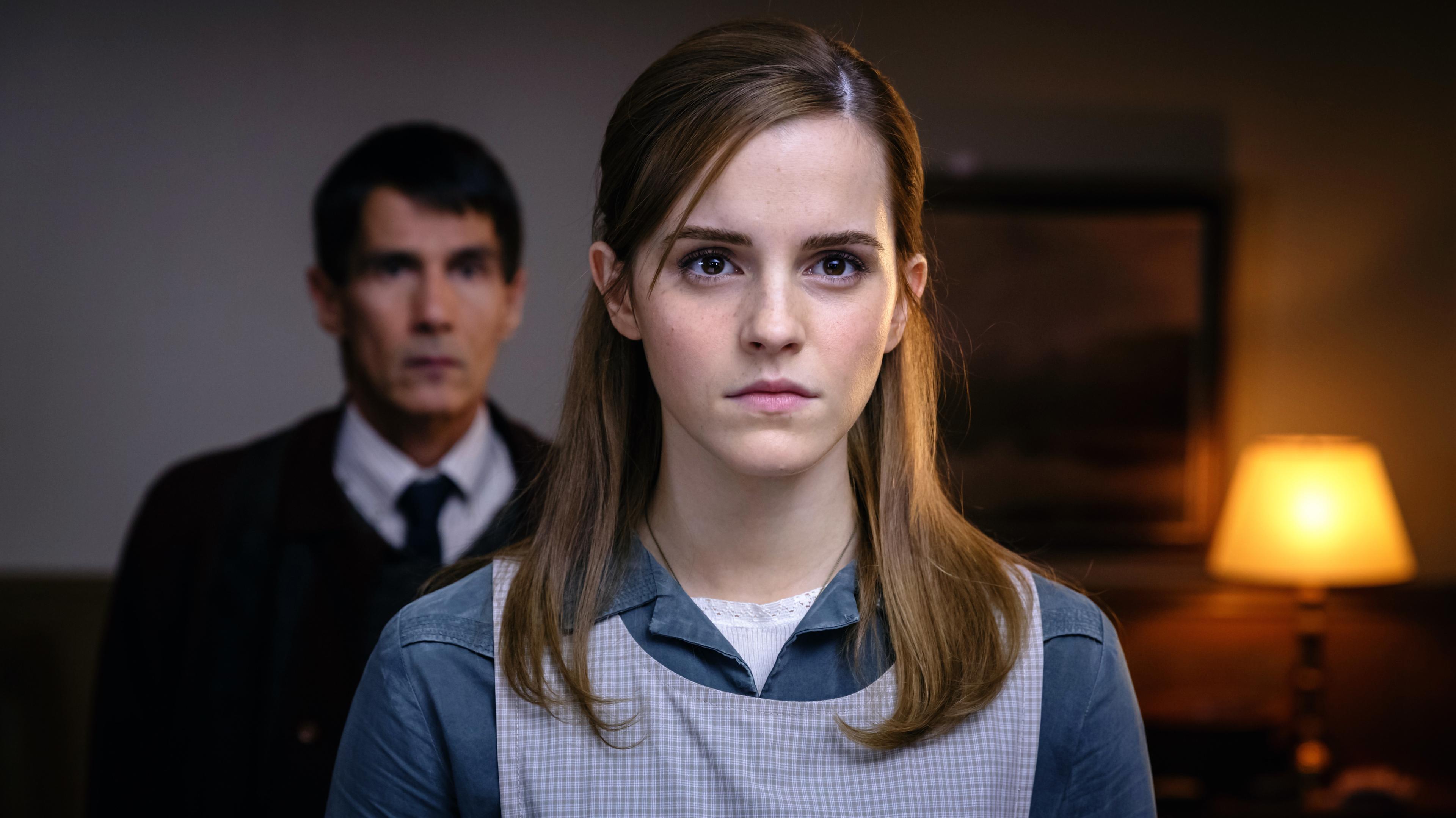 Рыжеволосая девушка с выразительными глазами полными ужаса и страха