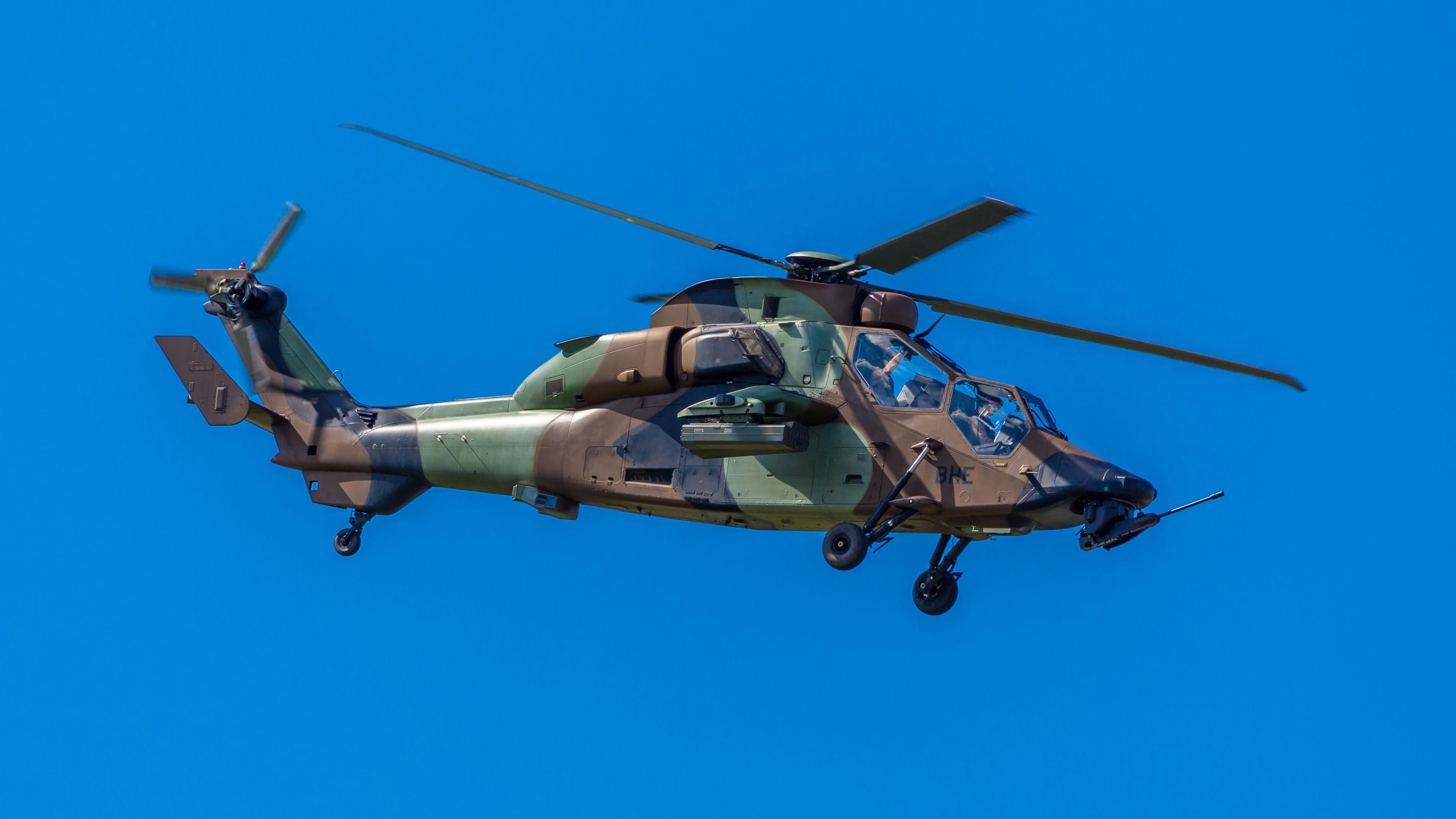 Военный вертолет на фоне ярко-синего неба