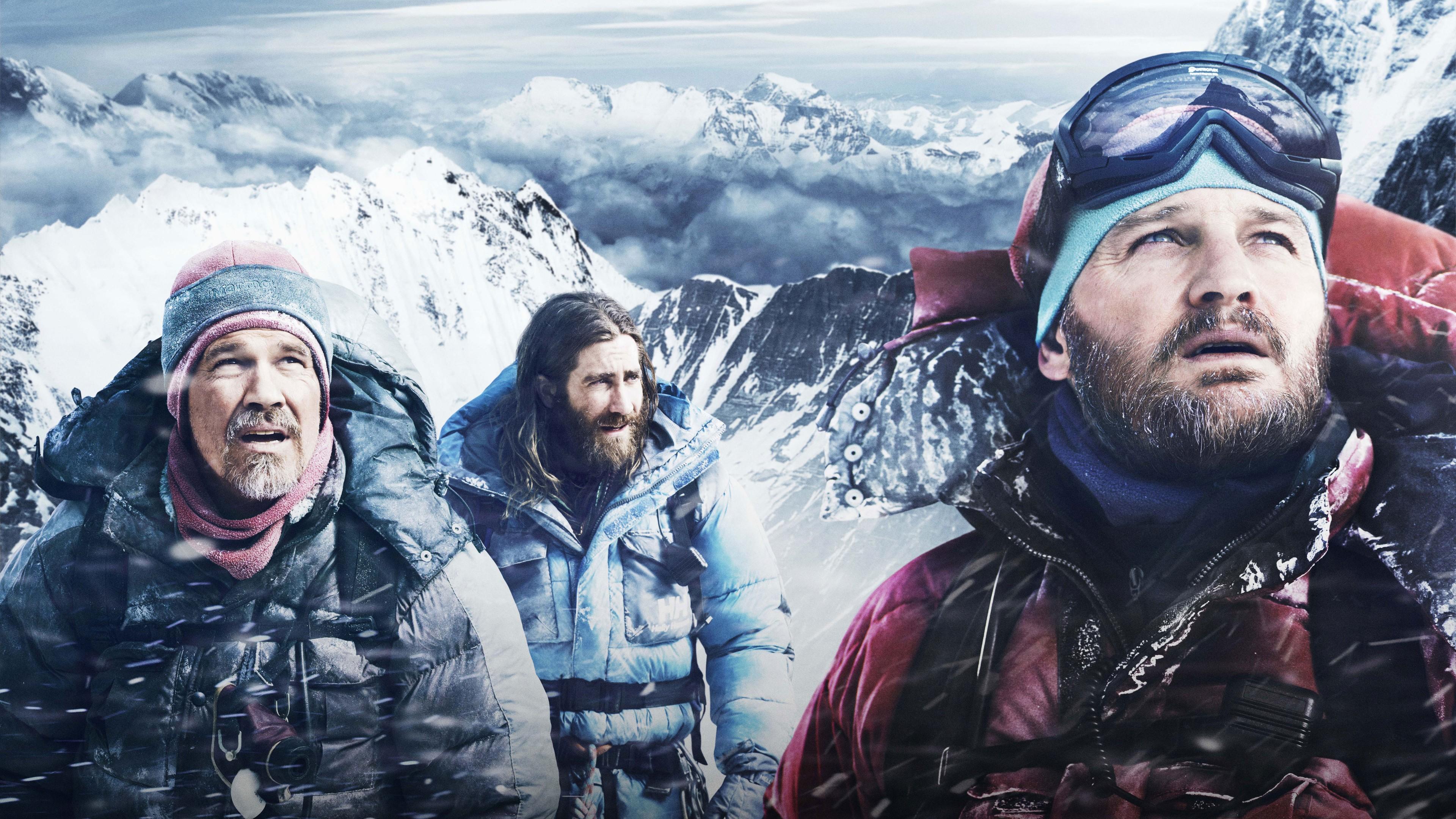 Отважные альпинисты среди горных снежных вершин и серых облаков
