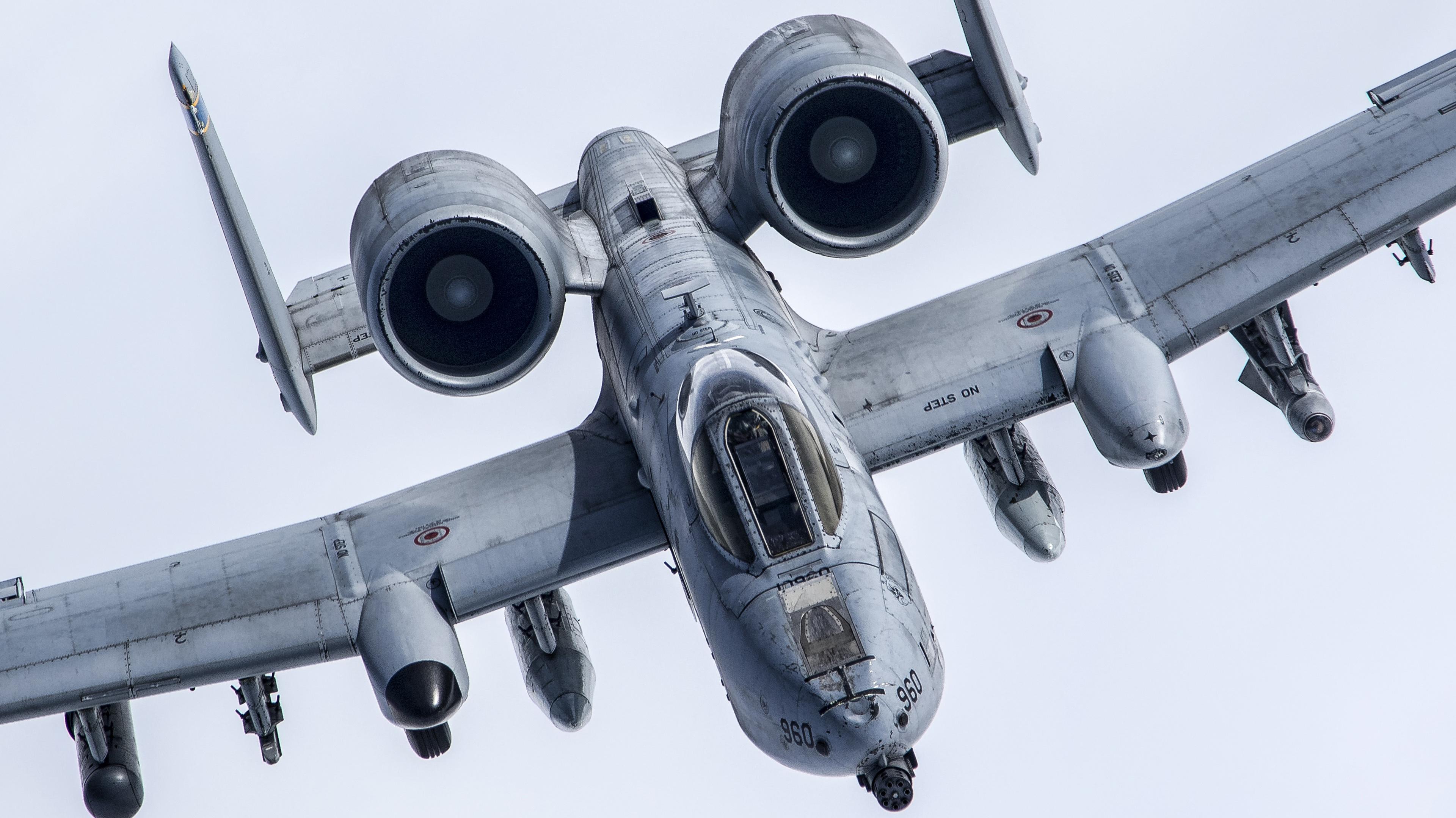 Боевой истребитель штурмовик над облаками