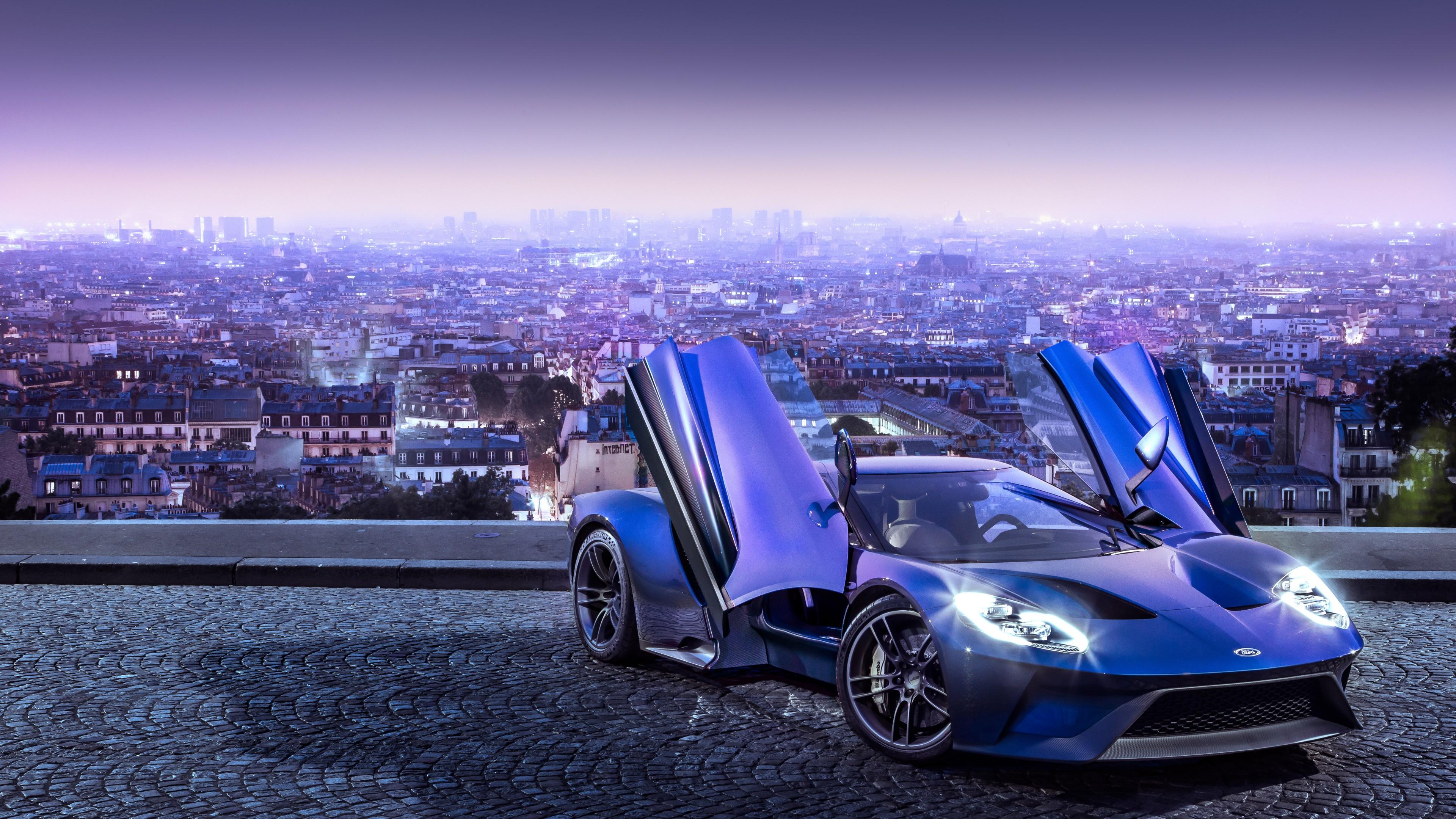Синий спортивный автомобиль с крыльями и блестящей оптикой фонарей