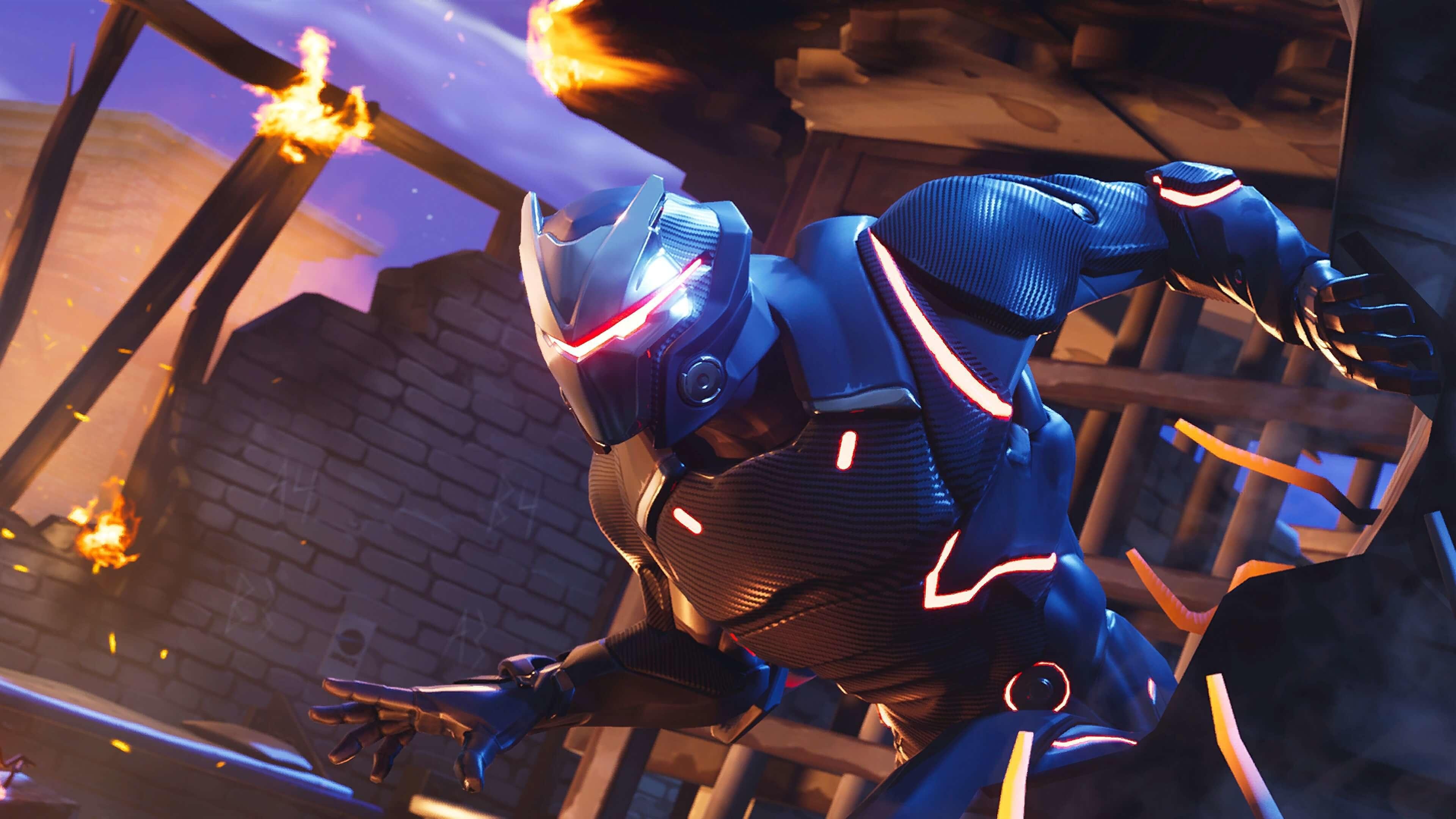 Бегущий персонаж-робот в синем скафандре в искрах огня