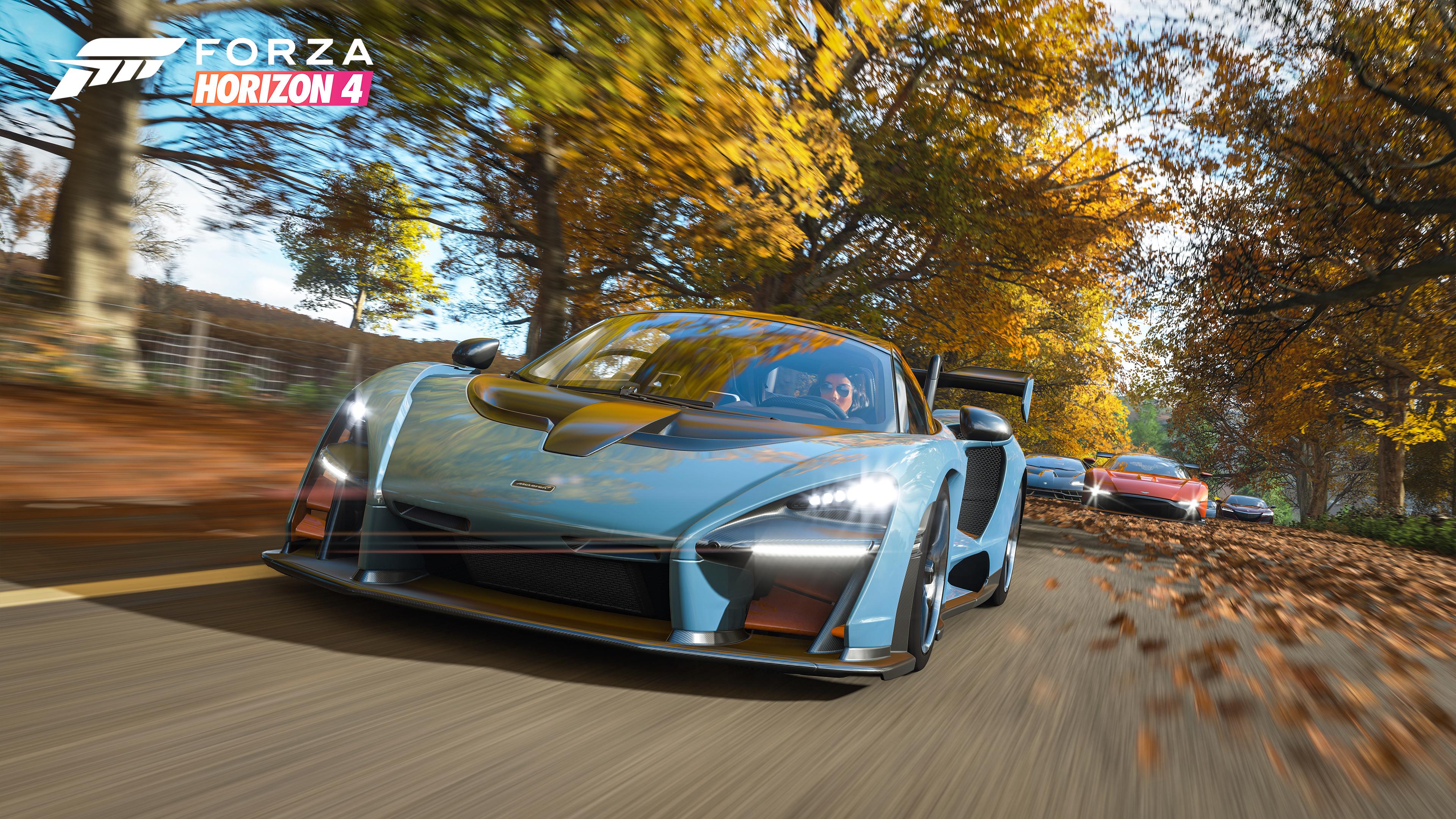 Спортивные автомобили в желтых осенних листьях и солнечных лучах