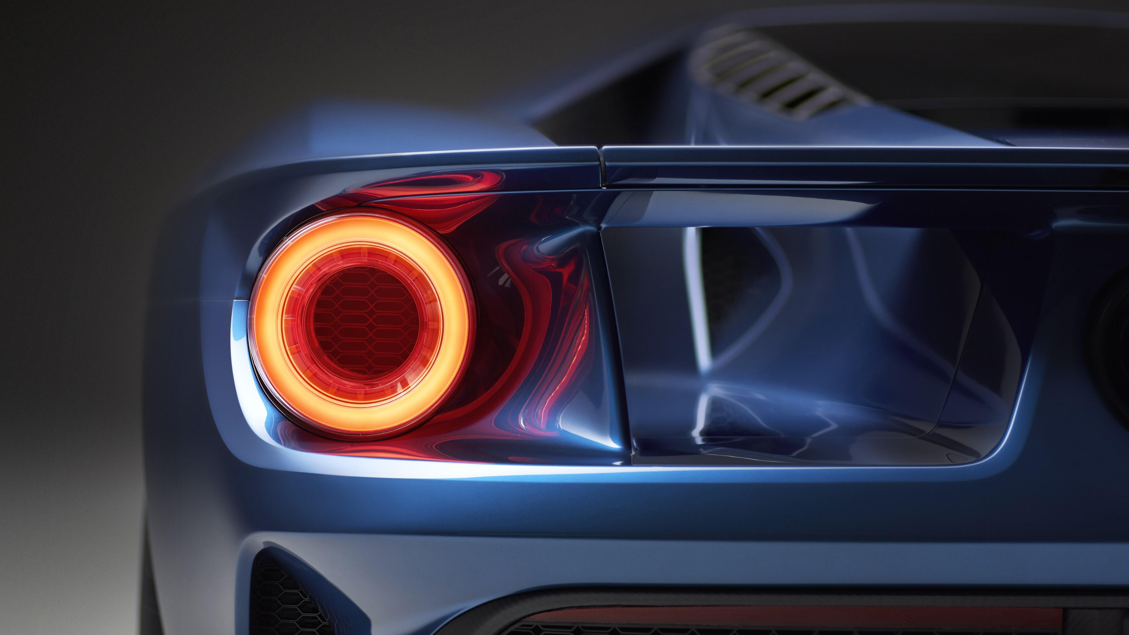 Синий автомобиль с желто-красной оптикой