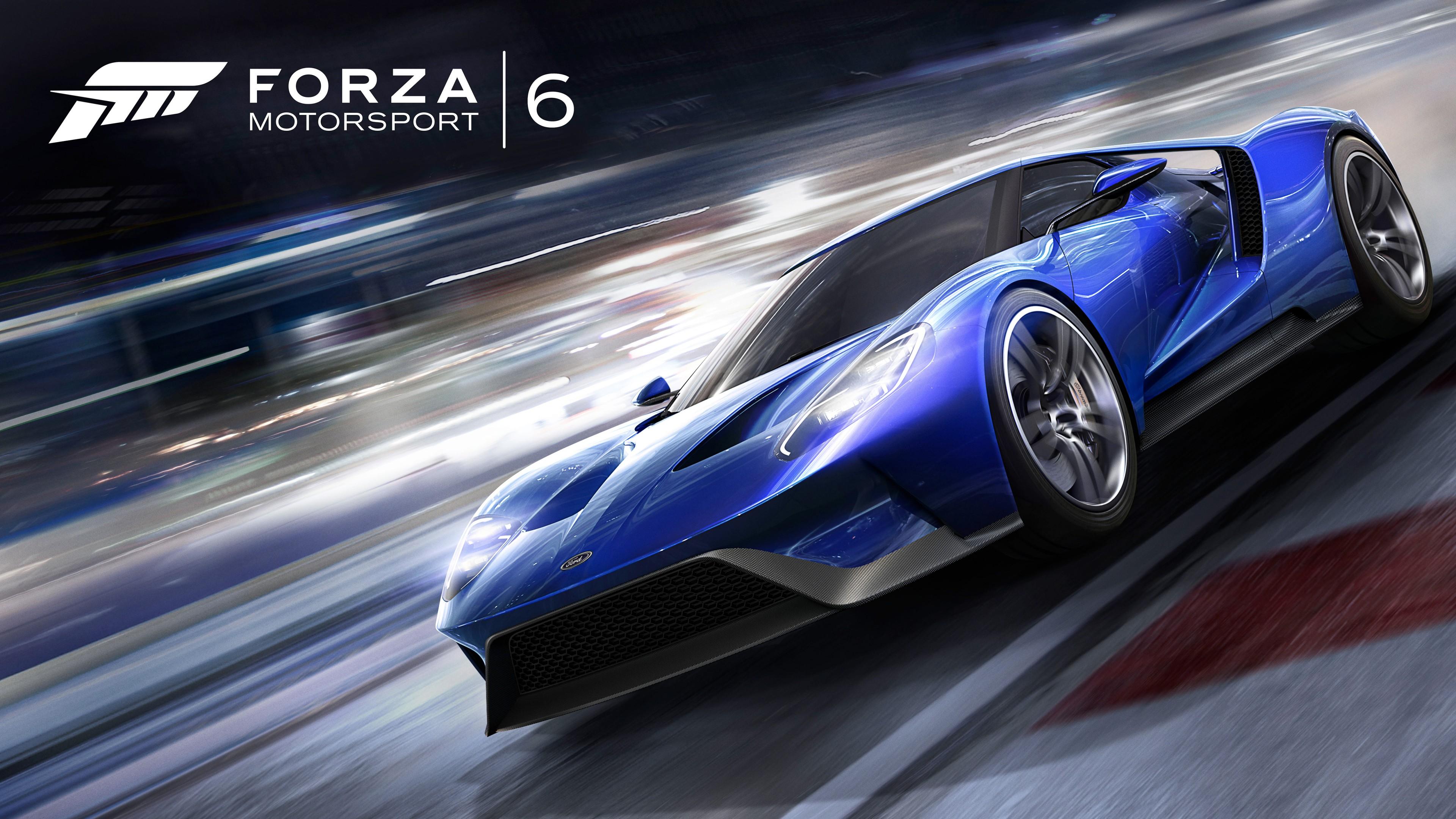 Спортивный блестящий синий автомобиль на автотрассе